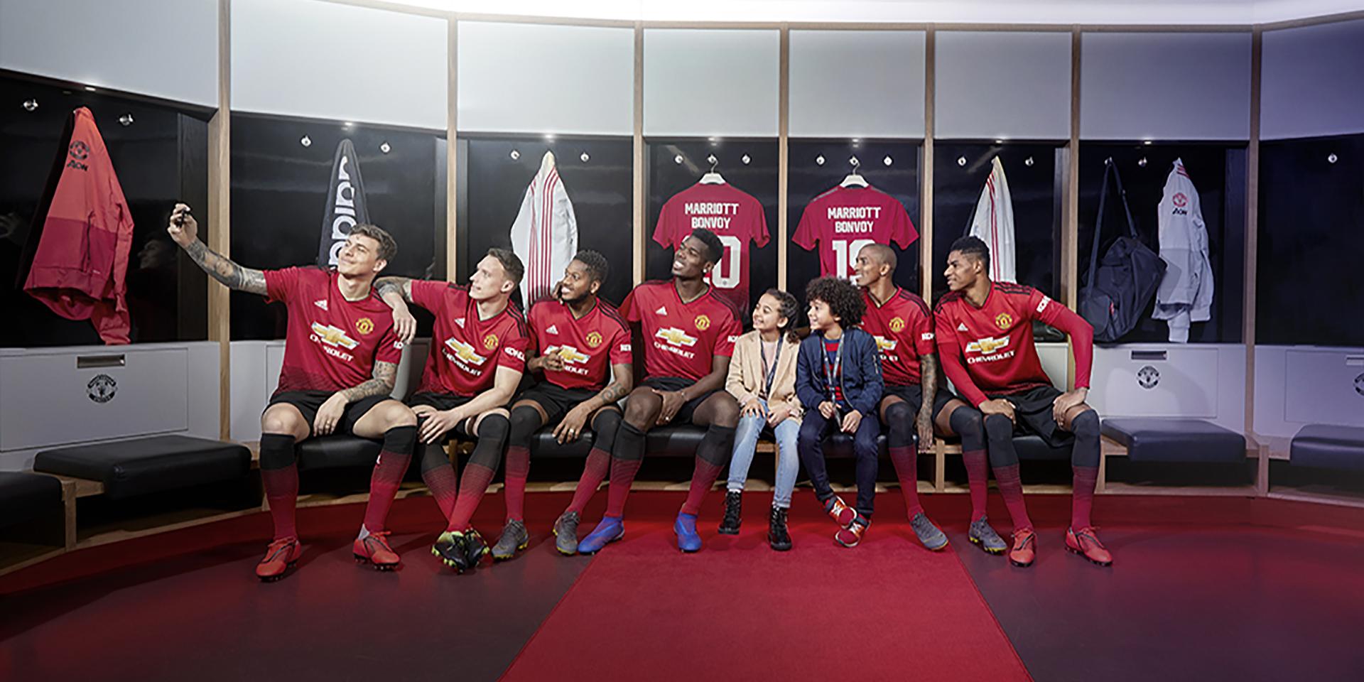 Manchester United-stjerner i reklamefoto i forbindelse med Marriott-aftalen, se navnet på trøjerne i baggrunden, Bonvoy, Marriotts bonusprogram.