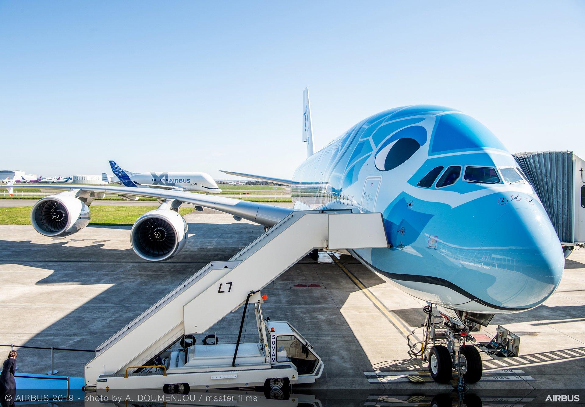 Den første Airbus A380 til All Nippon Air Airways i Toulouse, hvor Airbus har sin største samlefabrik. I baggrunden er en af Airbus' såkaldte Beluga-fragtfly til at transportere store flydele mellem sine samlefabrikker. Flyet er malet som en smilende hvidhval (Beluga på engelsk) Foto: Airbus.