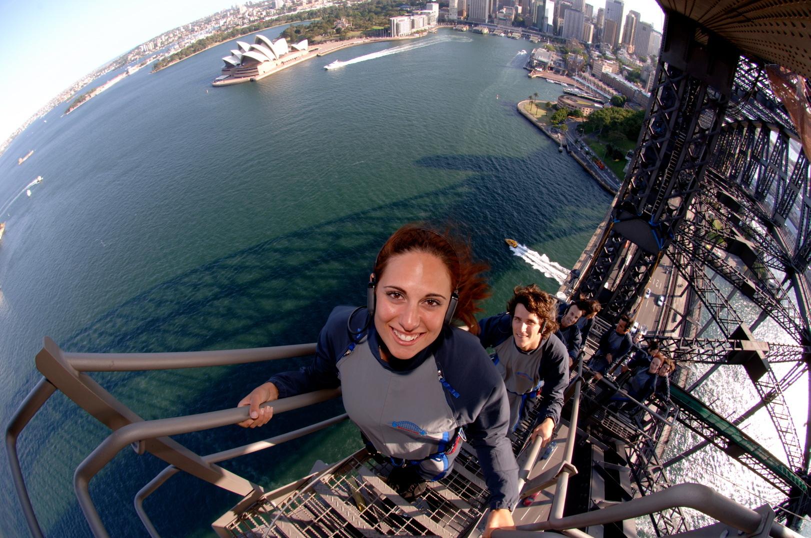 De fem danske leisurebureauer hos Aller Leisure forventes i år at omsætte for en milliard kroner og have cirka 100.000 rejsende. Her arkivpressefoto fra Bridge Climb i havnen i Sydney. Foto: L. W. Allen.
