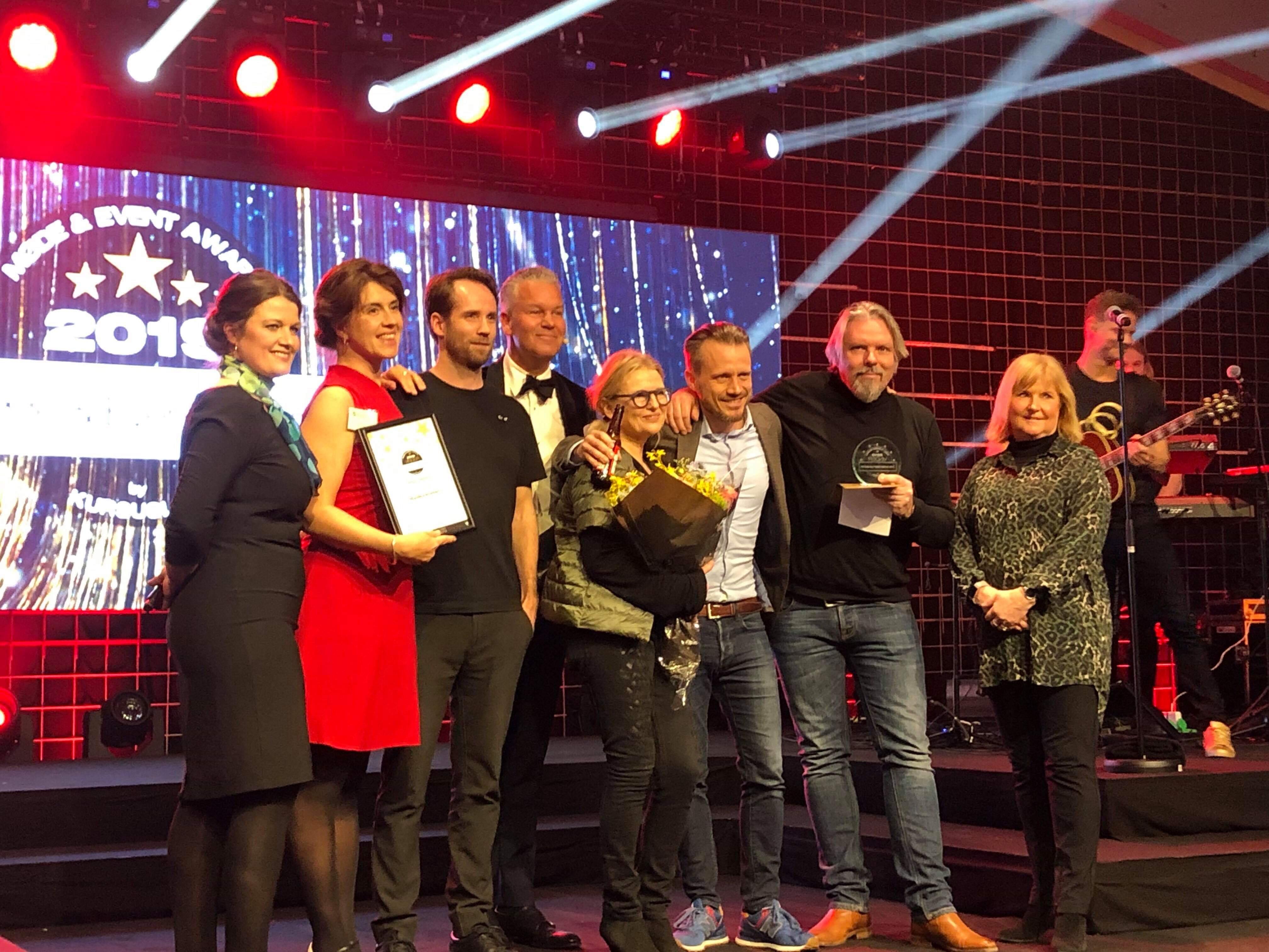 Kolleger fra Madkastellet fejrer at de vandt en af de otte priser ved uddelingen af årets danske Møde & Event Awards. Foto: Madkastellet.