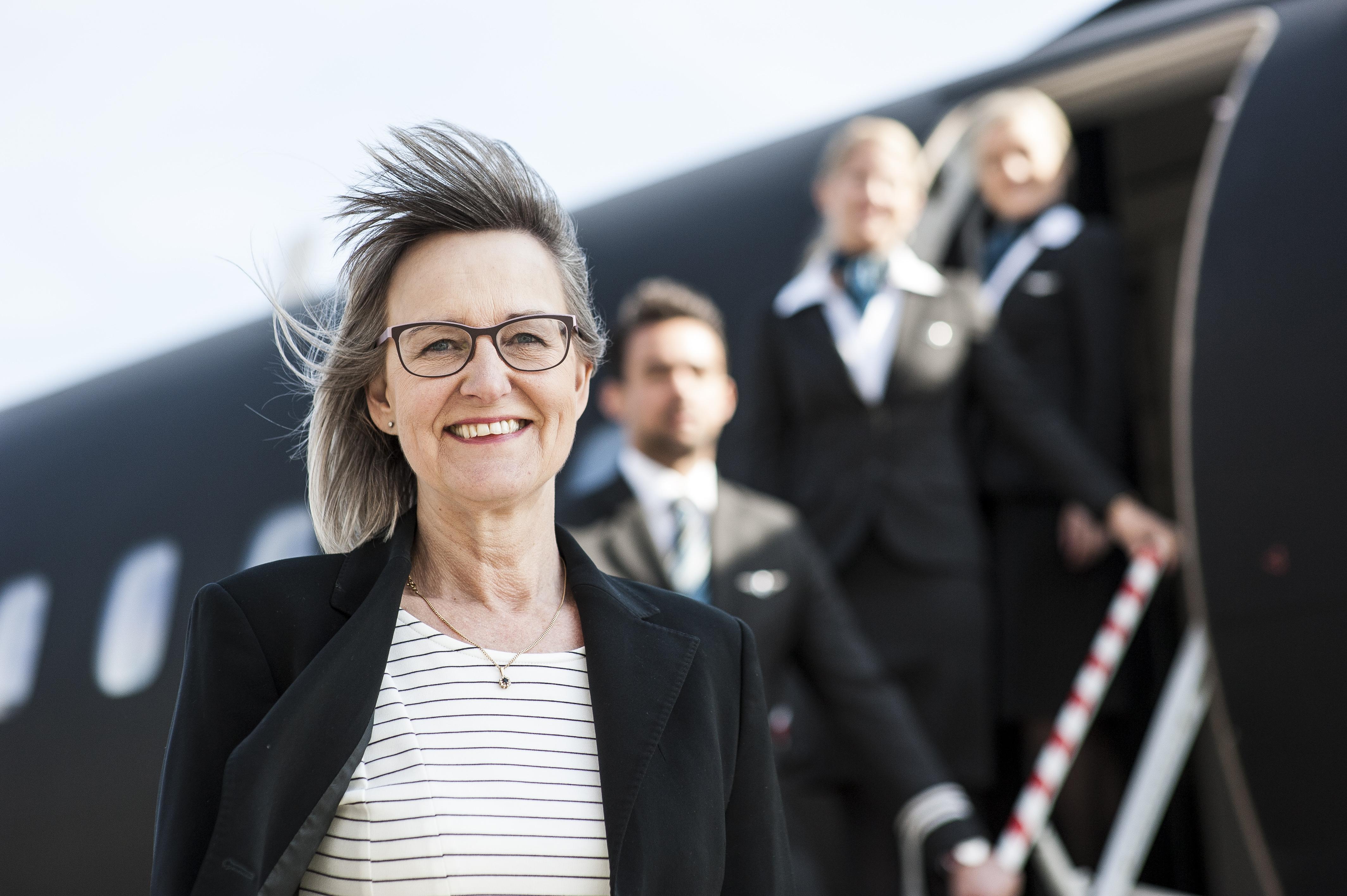Lone Koch foran et af Alsie Express' to fly. Pressefoto: Alsie Express.