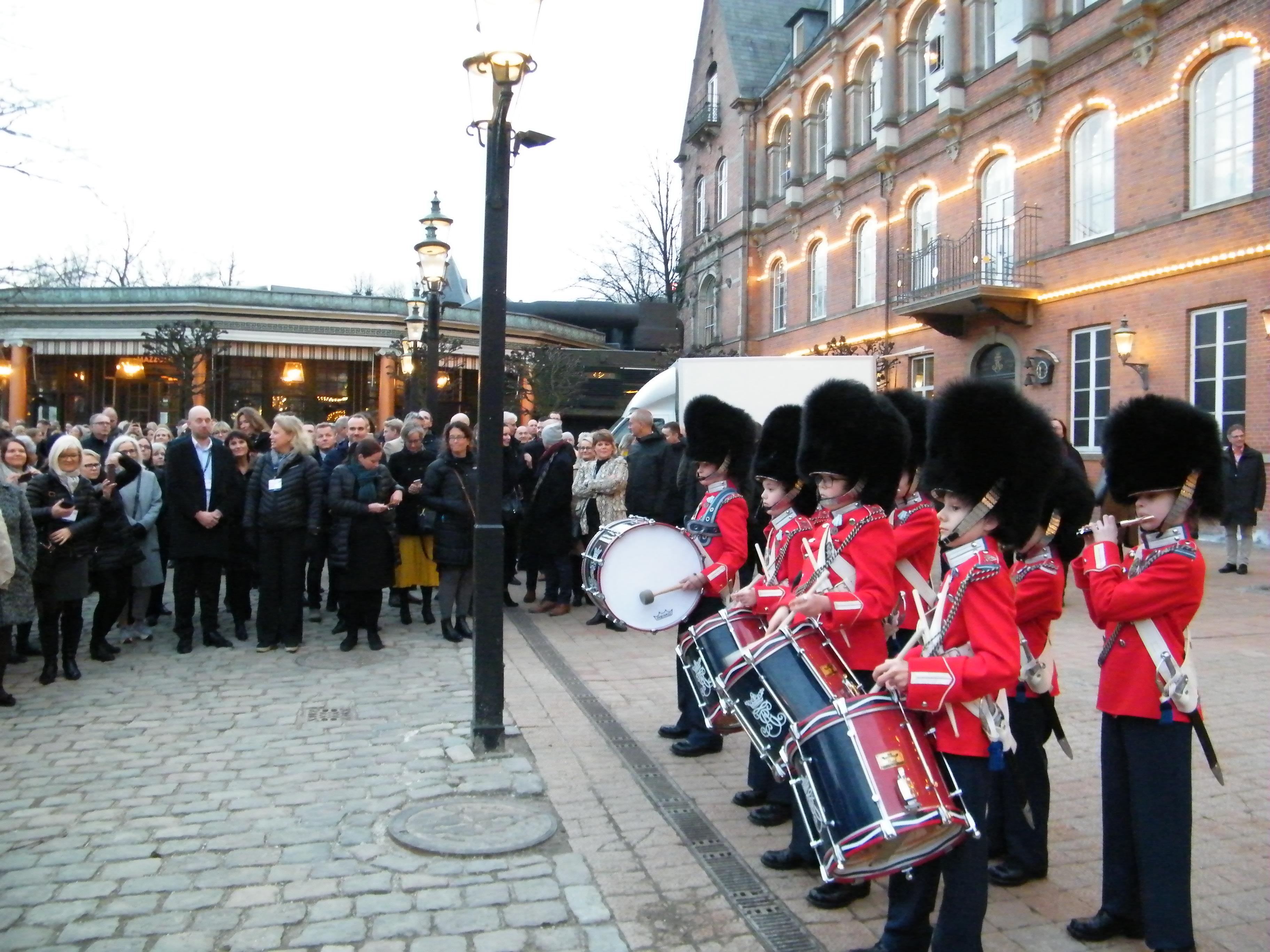 Festaftenen med uddelingen af Nordic Business Travel Awards 2019 blev holdt i det vinterlukkede Tivoli – de mange deltagere blev eskorteret til H.C. Andersen Slottet af otte medlemmer af Tivoli Garden, der mødte deltagerne foran Tivolis Hovedindgang. Foto: Henrik Baumgarten.