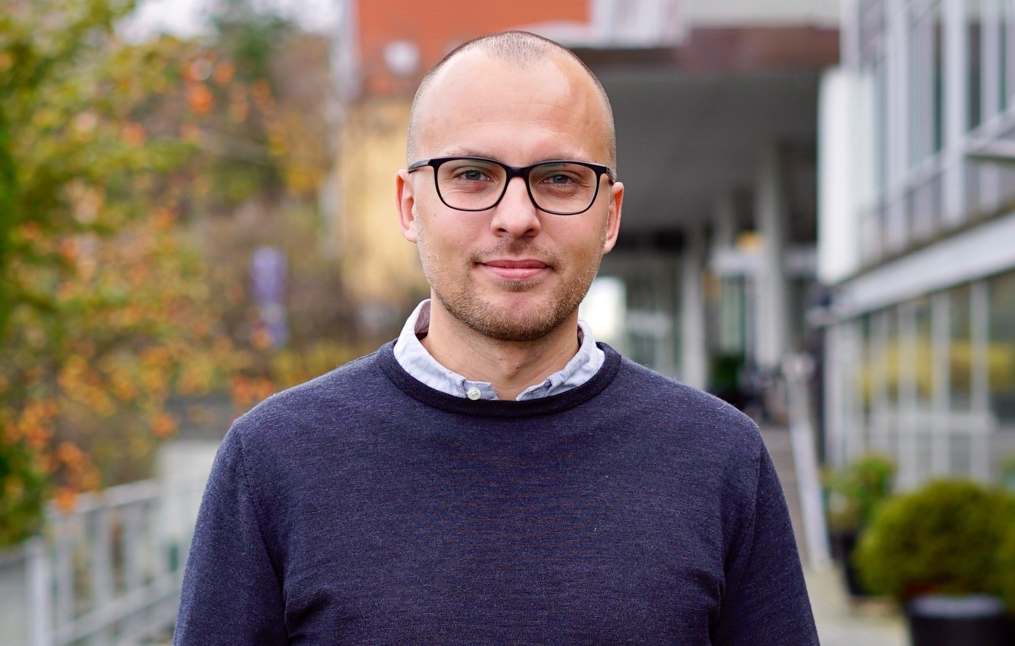 31-årige Simon Kristensen afløser Birthe Jakobsen som direktør for Scandic-hotellet ved Silkeborg. Mens han bliver kædens yngste hoteldirektør i Danmark, er Birthe Jakobsen den længst siddende – men nu vil hun på pension. Foto: Scandic Hotels.
