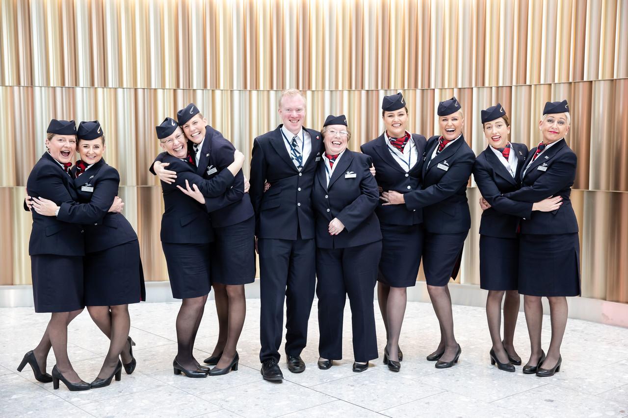 """Den meget """"familiære"""" British Airways-besætning med primært mødre og døtre samt en enkelt far og datter til gruppefoto. Foto: British Airways."""