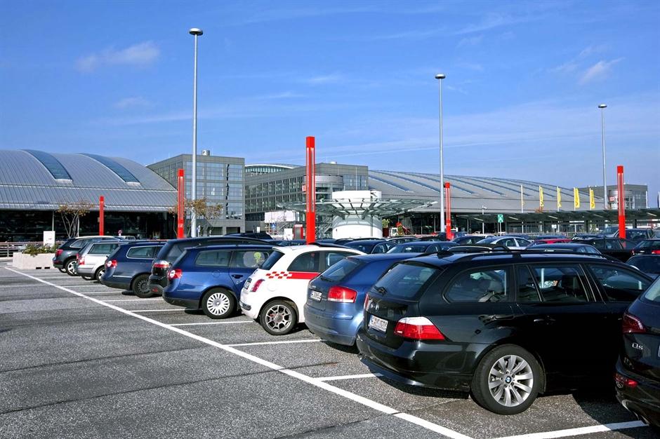 Det kan blive en dyr fornøjelse at parkere i Hamborg Lufthavn, der ifølge sin hjemmeside har 12.000 parkeringspladser – og betjenes i denne vintersæson af 60 flyselskaber med ruter til omkring 140 destinationer. Foto: Hamburg-Airport.de