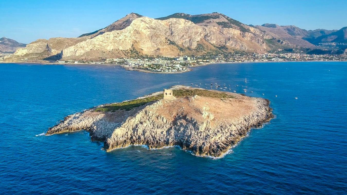 Isola delle Femmine ligger få hundrede meter fra kysten på det nordlige Sicilien. Nu er øen til salg for en million euro. Foto for CNN: Romolini Immobiliare.