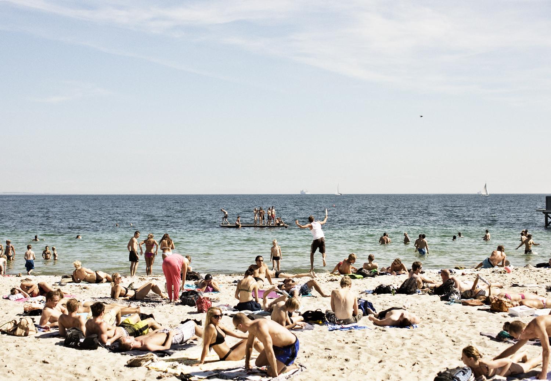 Mere end hver femte dansker overvejer eller forventer i år at holde sommerferien hjemme i Danmark – i håbet om samme gode vejr som sidste år. Her dansk sommer ved stranden – arkivpressefoto fra Danhostel.