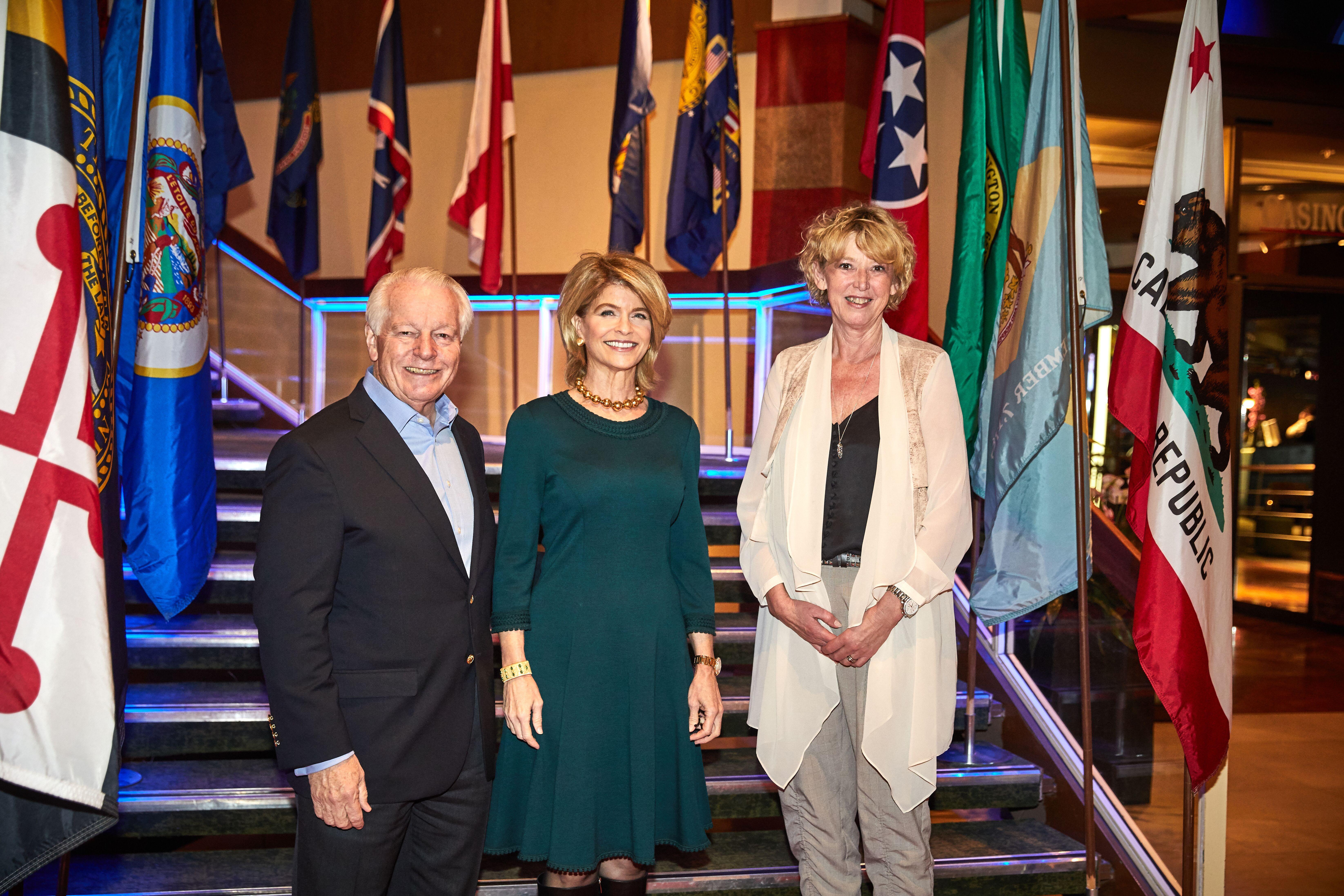 Roger J. Dow, administrerende direktør for U.S. Travel Association, besøgte for første gang USA Travel Show i København. Her med ambassadør Carla Sands i midten og direktør for den danske Discover America-komite, Karin Gert Nielsen.