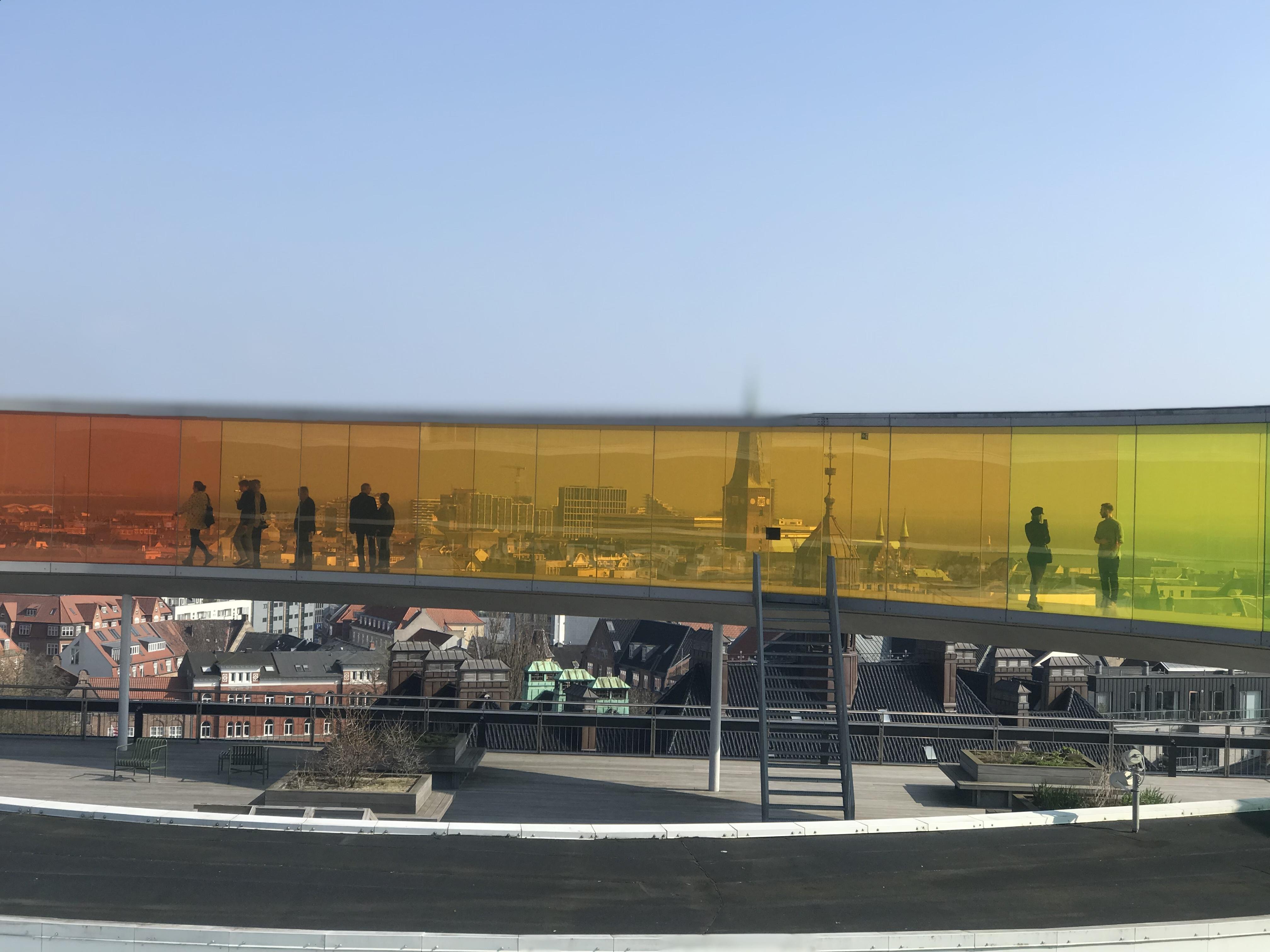 Aarhus set gennem regnbuen på toppen af ARoS Aarhus Kunstmuseum (Foto: Ole Kirchert Christensen)
