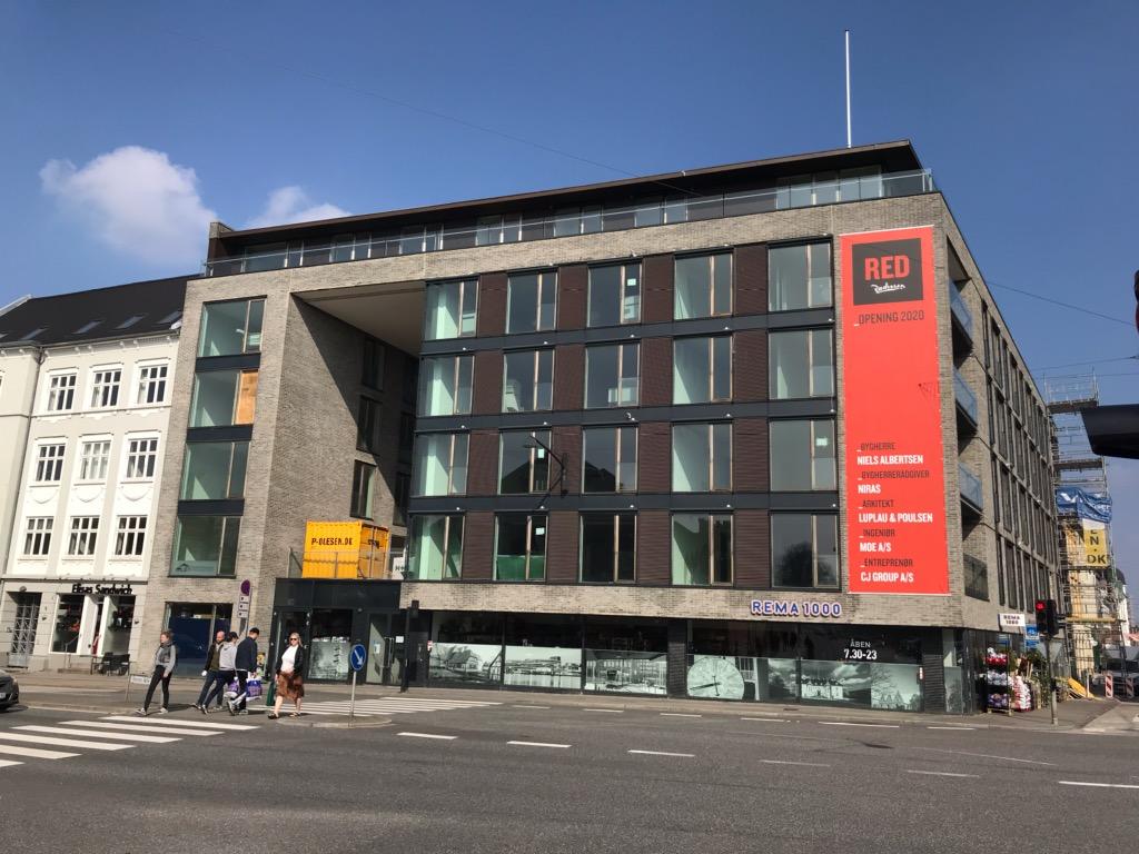 Sådan ser bygningen der skal huse det kommende Radisson Red-hotel i Aarhus ud i denne tid. Ibrugtagningen er forsinket et halvt års tid, det er ikke muligt at få oplyst årsagen. Foto: Ole Kirchert Christensen.