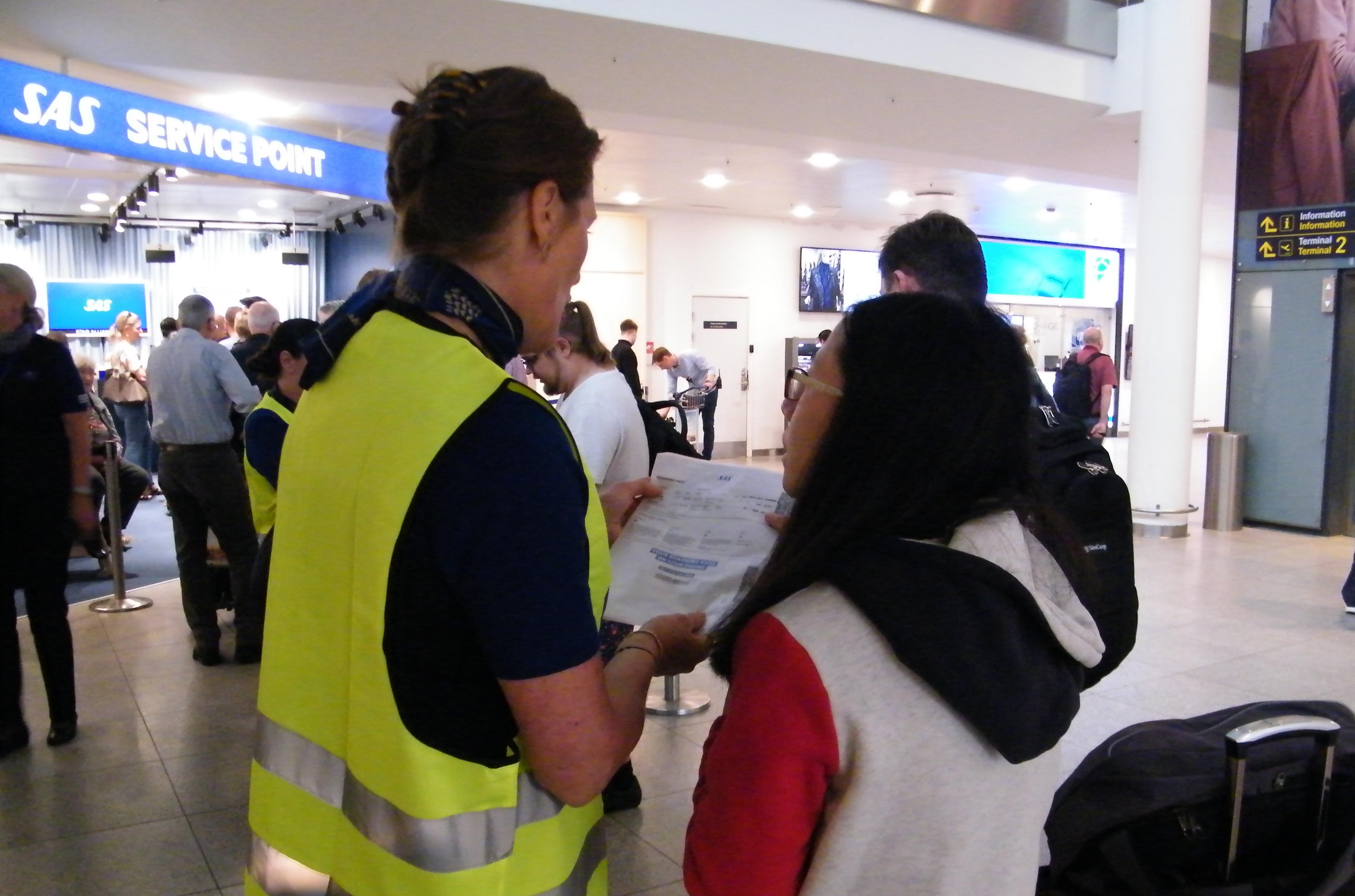 SAS havde fredag travlt i Københavns Lufthavn med at hjælpe strandede passagerer – mens de ventede i køen blev de blandt andet tilbudt mad og drikke. Foto: Henrik Baumgarten.