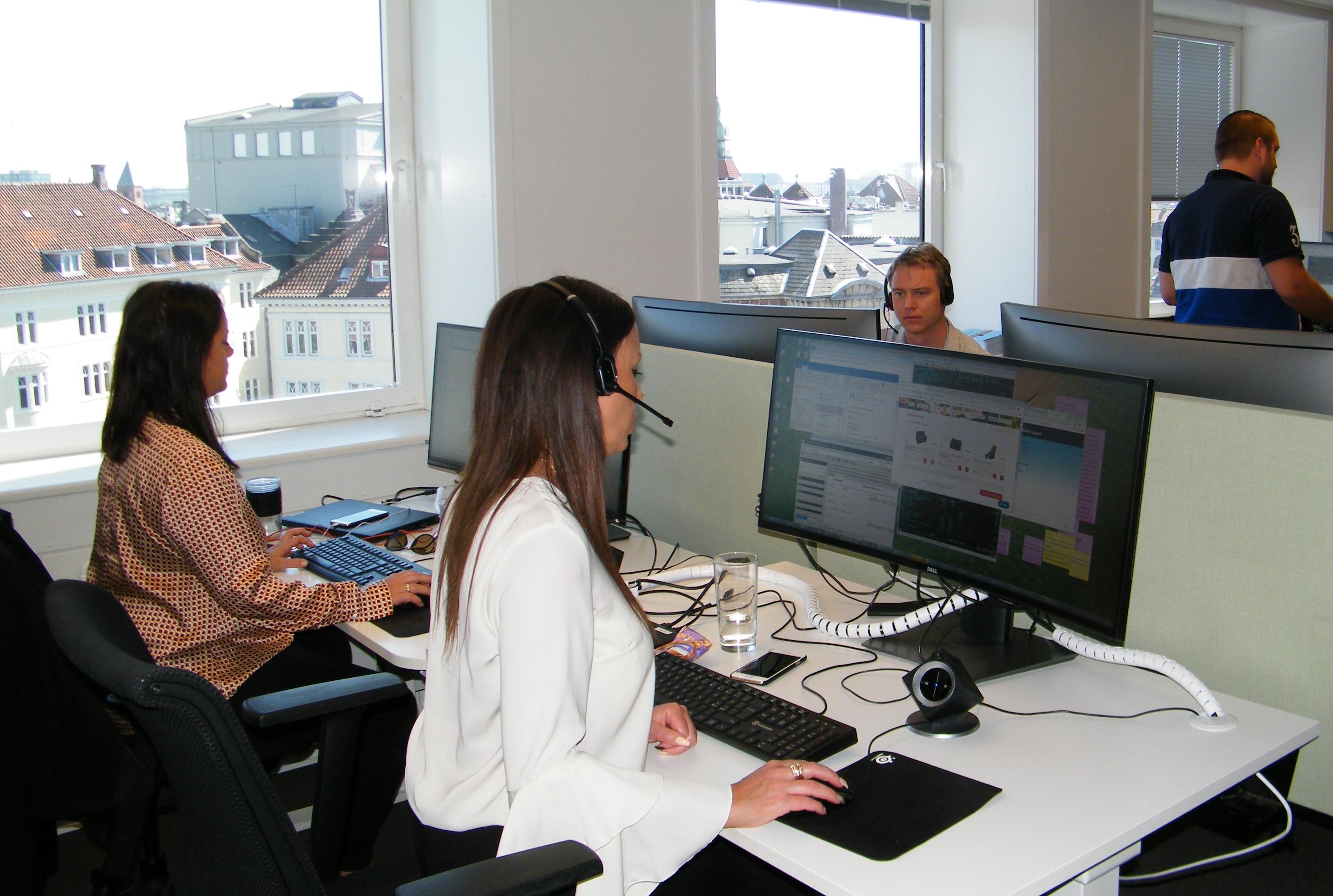 TUI Danmark har fået nyt stort salgskontor i Codanhus tæt på det centrale København, hvor sælgerne blandt andet har telefonkontakten til charterrejsebureauets kunder. Foto: Henrik Baumgarten.
