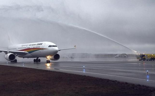 Finavia, der driver de finske lufthavne, har gode råd til flypassagerer, der vil reducere deres miljøpåvirkning. På billedet fra mandag i sidste uge bydes Tibet Airlines velkommen til lufthavnen i Helsinki på dets første flyvning på den nye rute Jinan to gange om ugen hele året med en Airbus A330-200. Foto: Finavia.