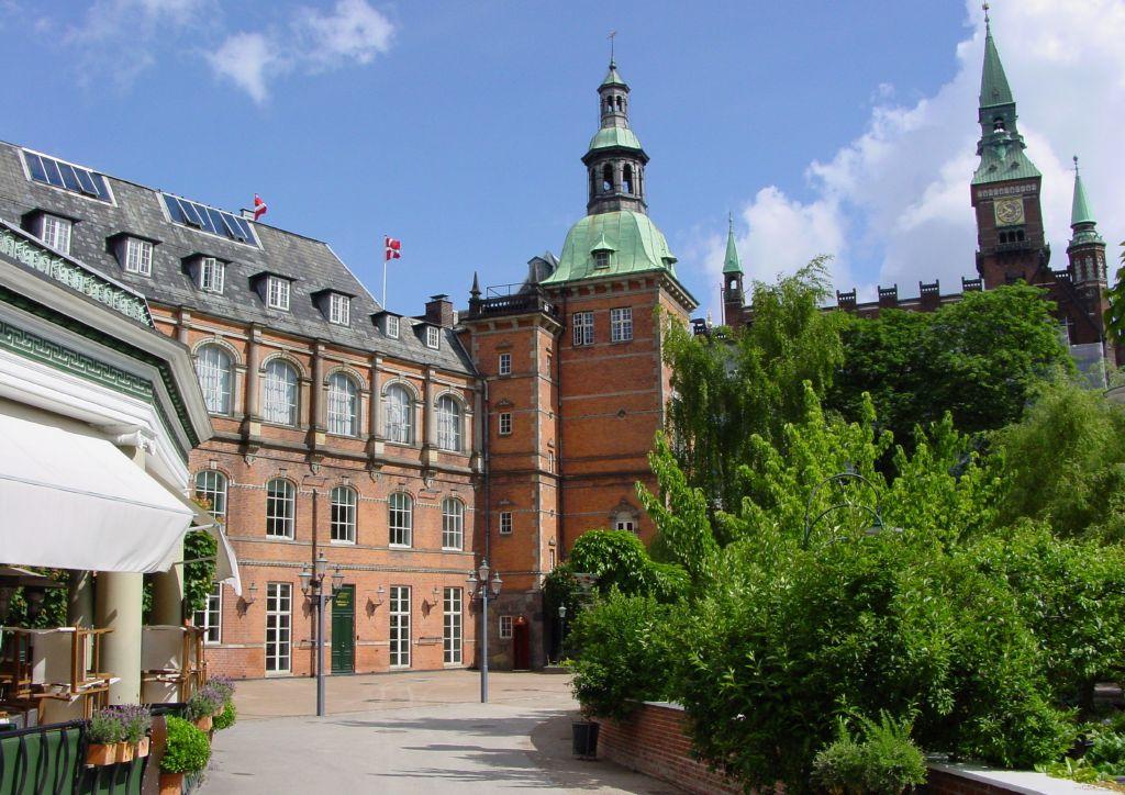 H.C. Andersen-slottet i Tivoli ligger i hjørnet ud mod Rådhuspladsen. Bygningen kan komme i spil som et muligt nyt hotel i Tivoli. Pressefoto fra Tivoli.