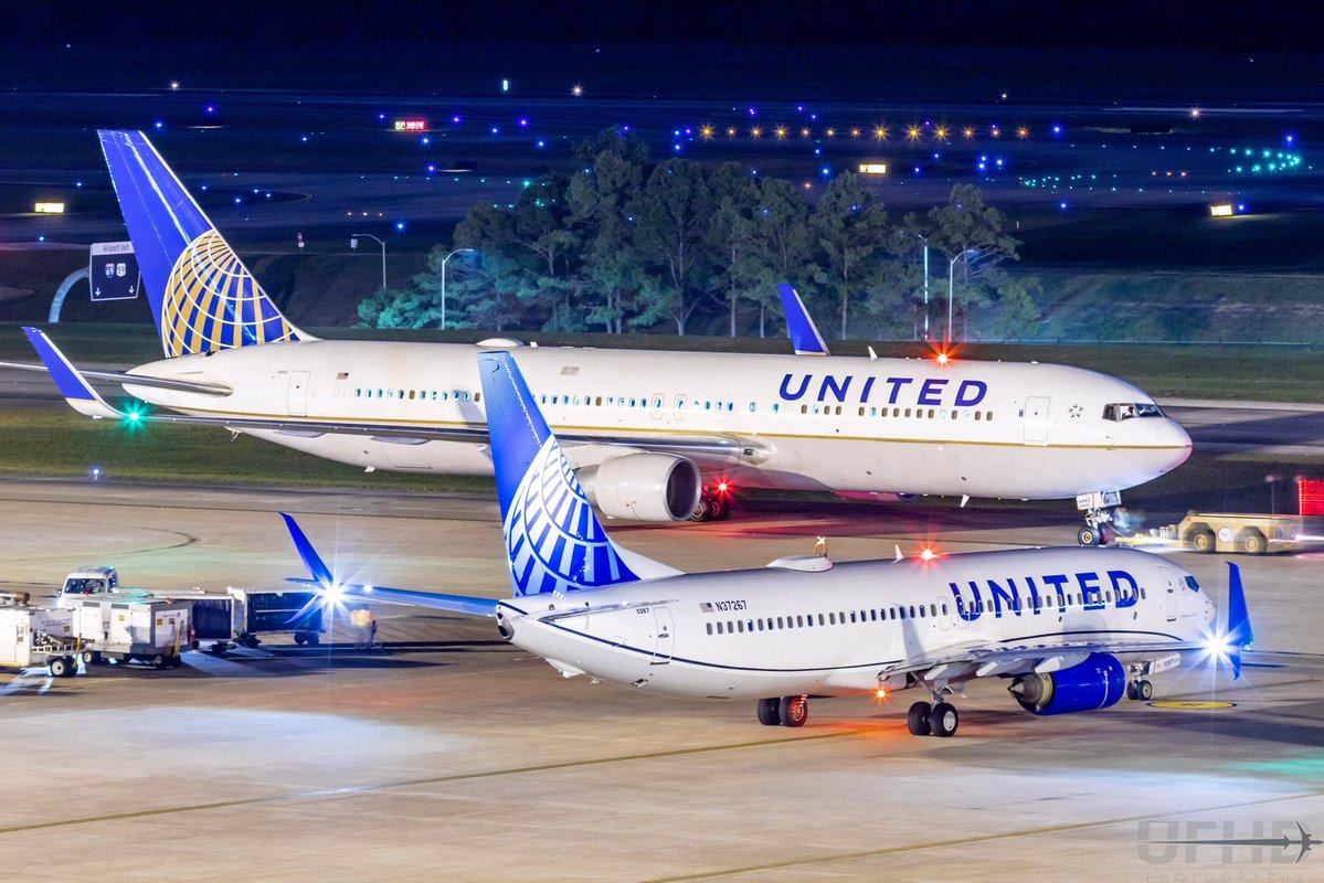 Det første United-fly i den nye bemaling blev en Boeing B737-800. I baggrunden holder en af selskabets 54 Boeing B767 i Uniteds gamle bemaling. Foto: United Airlines.