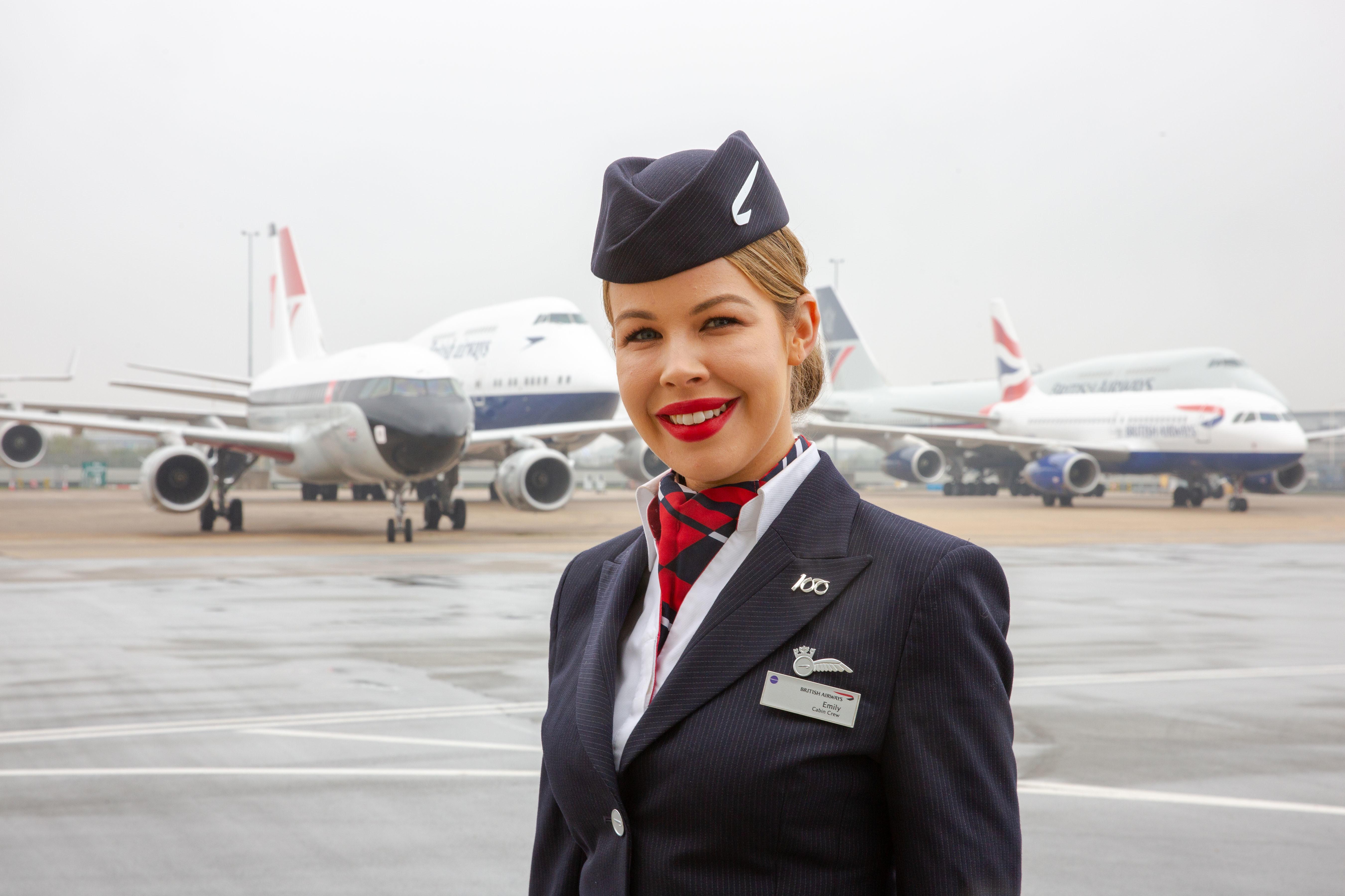 Stewardesse foran de fem fly til gruppefotoet med fem forskellige bemalinger af British Airways' forgængere. Se foto med alle de fem fly i stort format i artiklen. Foto: Nick Morrish/British Airways.