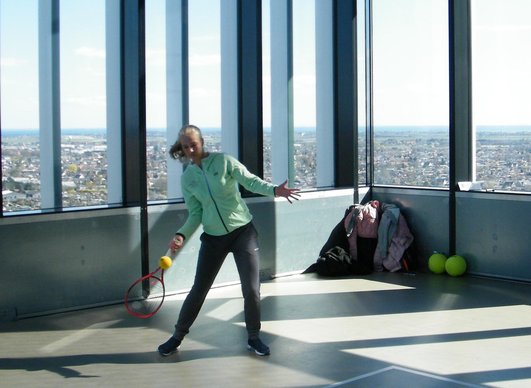 Clara Tauson gav en lille miniopvisning på 20 etage af Crowne Plaza, der nu har indgået af sponsoraftale med den danske tennisstjerne. Foto: Henrik Baumgarten.