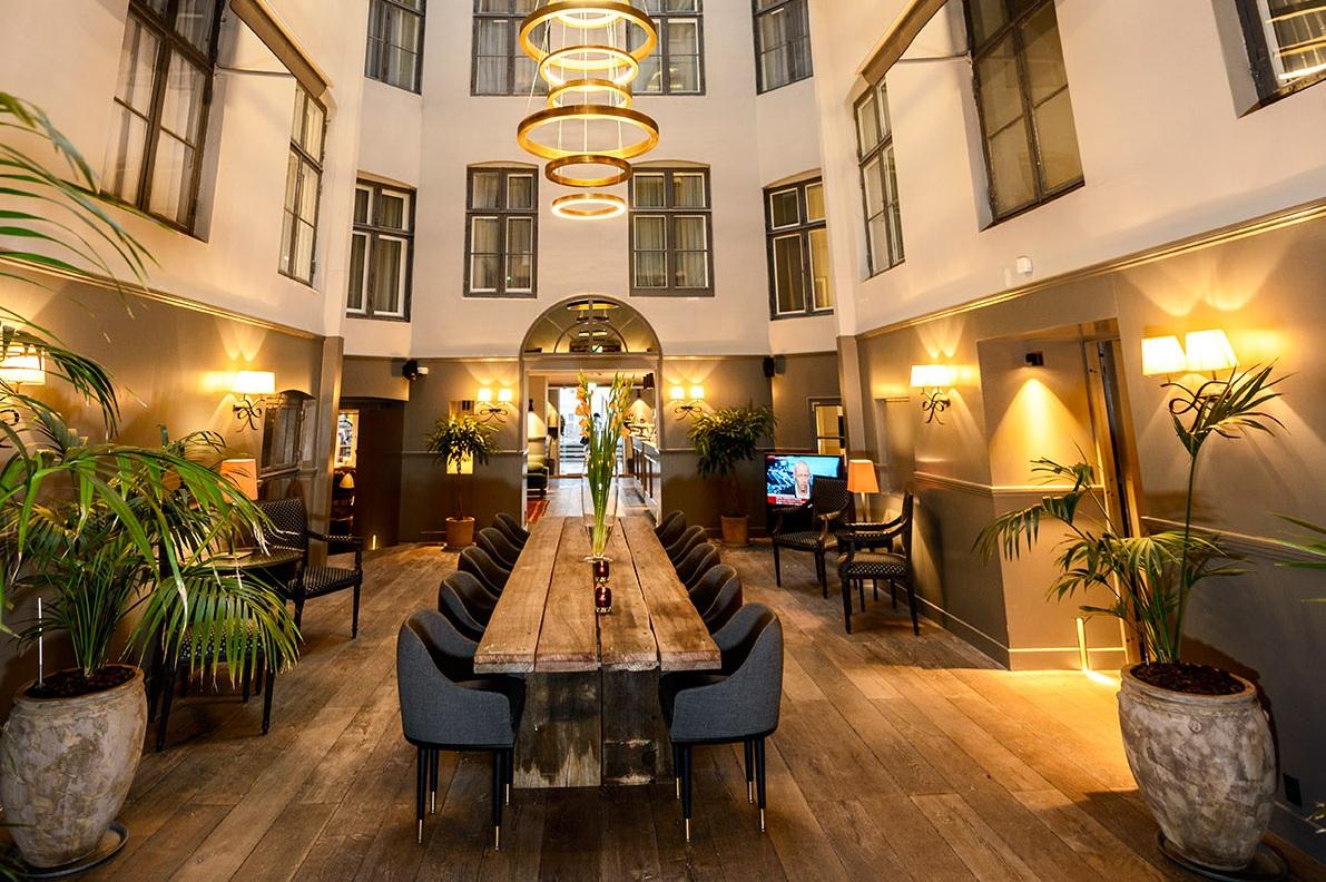 Atriumgården i københavnske Hotel Skt. Annæ. Efter en omfattende trecifret millionrenovering er startprisen på et værelse øget og størrelsen af grupper er sat ned. Foto: Hotel Skt. Annæ.