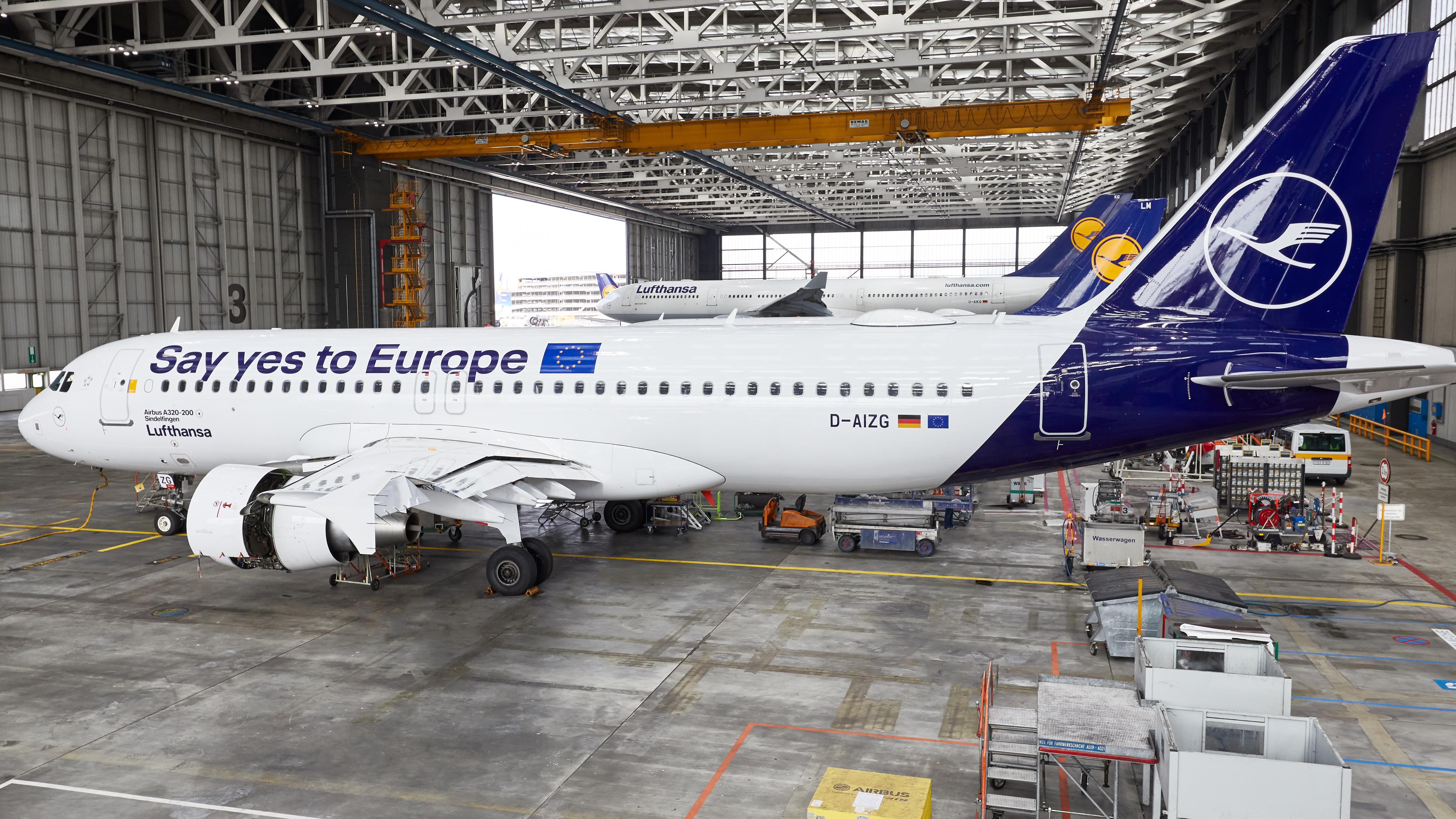 Den særmalede Airbus A320 med budskabet om, at borgerne i EU-landene bør stemme ved EU-parlamentsvalget i slutningen af maj. Pressefoto: Lufthansa.