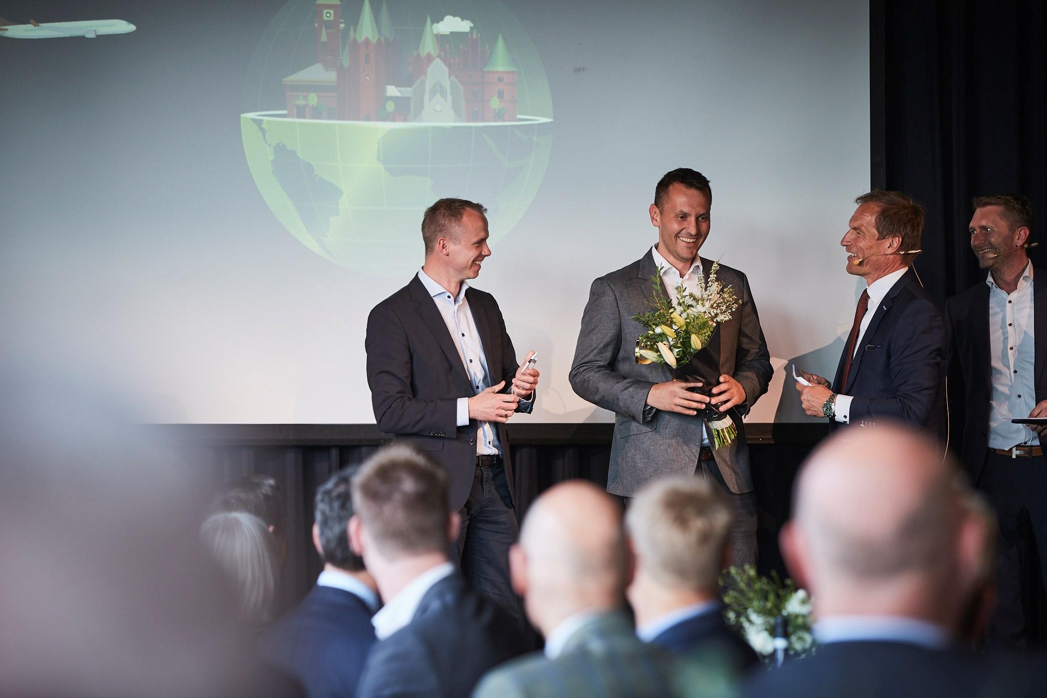 """Aclass' økonomidirektør, CFO, Peter Frier Bak, til venstre og selskabets marketingdirektør, Dino Karalic, tager imod prisen ved overrækkelsen af """"Best Managed Company."""" Foto: Deloitte."""
