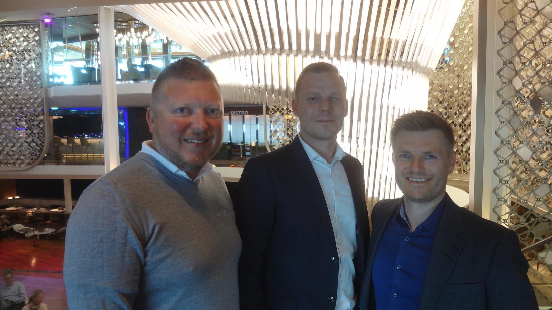 Fra jomfruturen med Celebrity Edge ses salgschef Henrik Bergkvist hos Royal Caribbean Cruises, til venstre, med ejerne af MyCruise.dk, salgsdirektør Nicki Olsen og administrerende direktør, Claus Jensen. Privatfoto.
