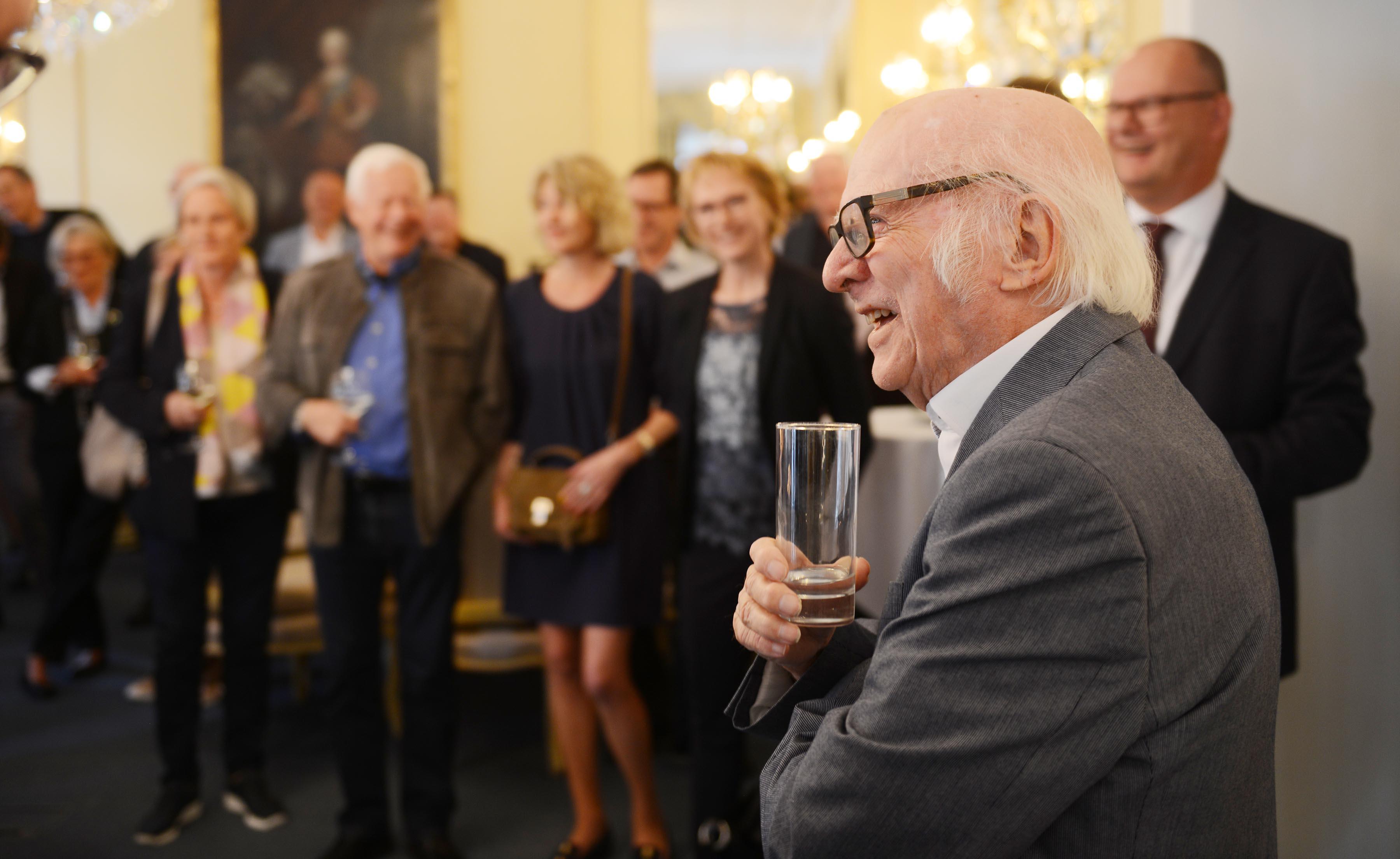 Ejvind Olesen lytter til en af de mange taler under hans reception på Phoenix-hotellet i Bredgade. (Foto: Joakim J. Hvistendahl)
