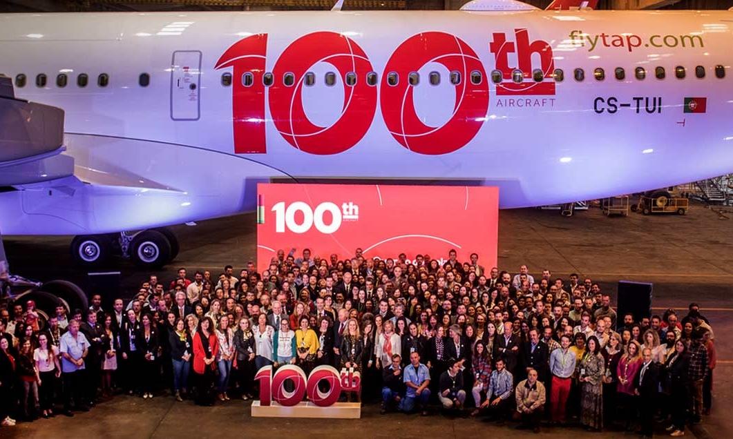 Medarbejdere fra det portugisiske Star Alliance-medlem, TAP, ved selskabets nyeste fly, en Airbus 330neo – flyet er nummer 100 i selskabets nuværende flåde. Pressefoto fra TAP Air Portugal.