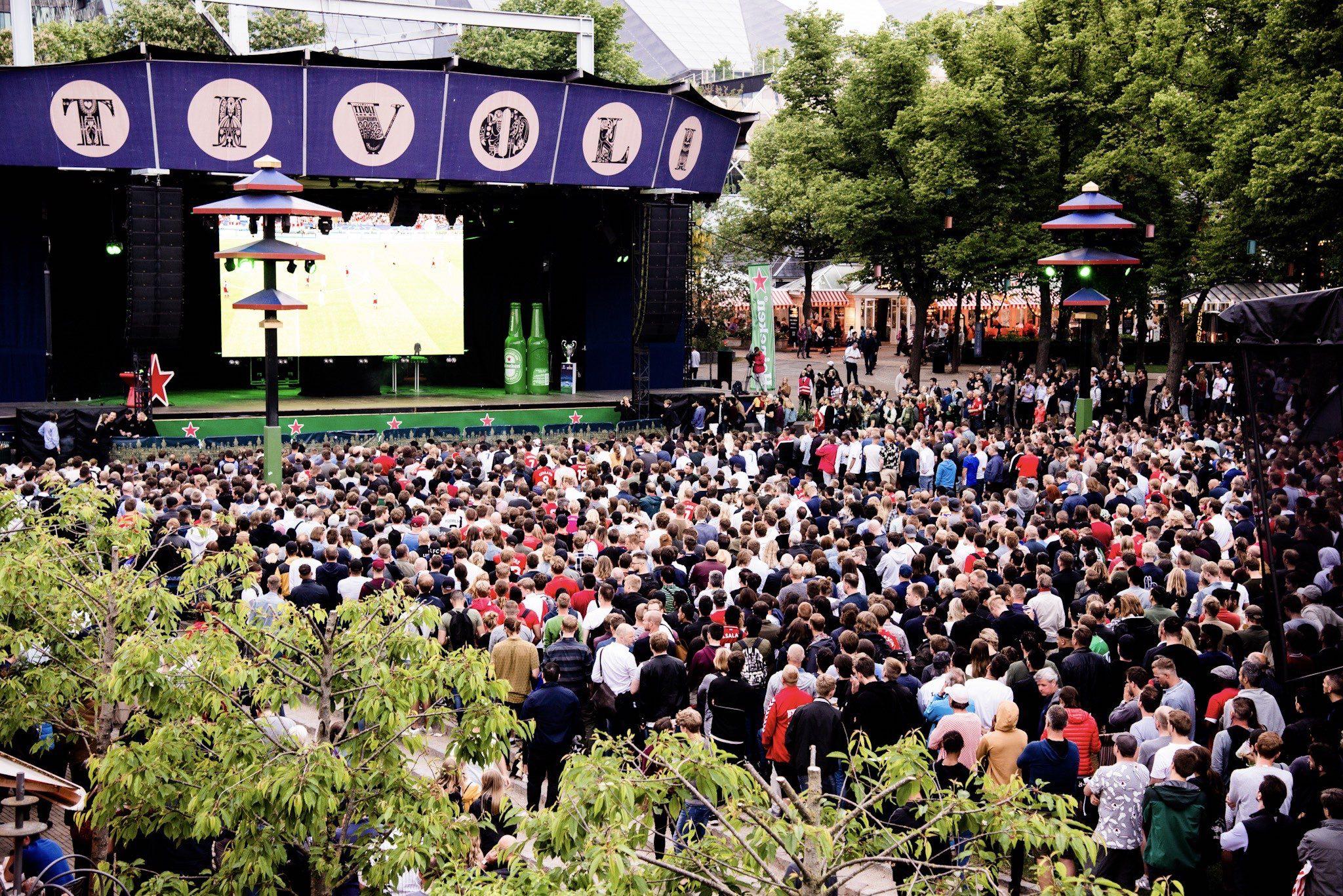 Arkivfoto fra Tivoli fra tidligere fodboldfinale på storskærmen vist på plænen. Det sker igen på lørdag.