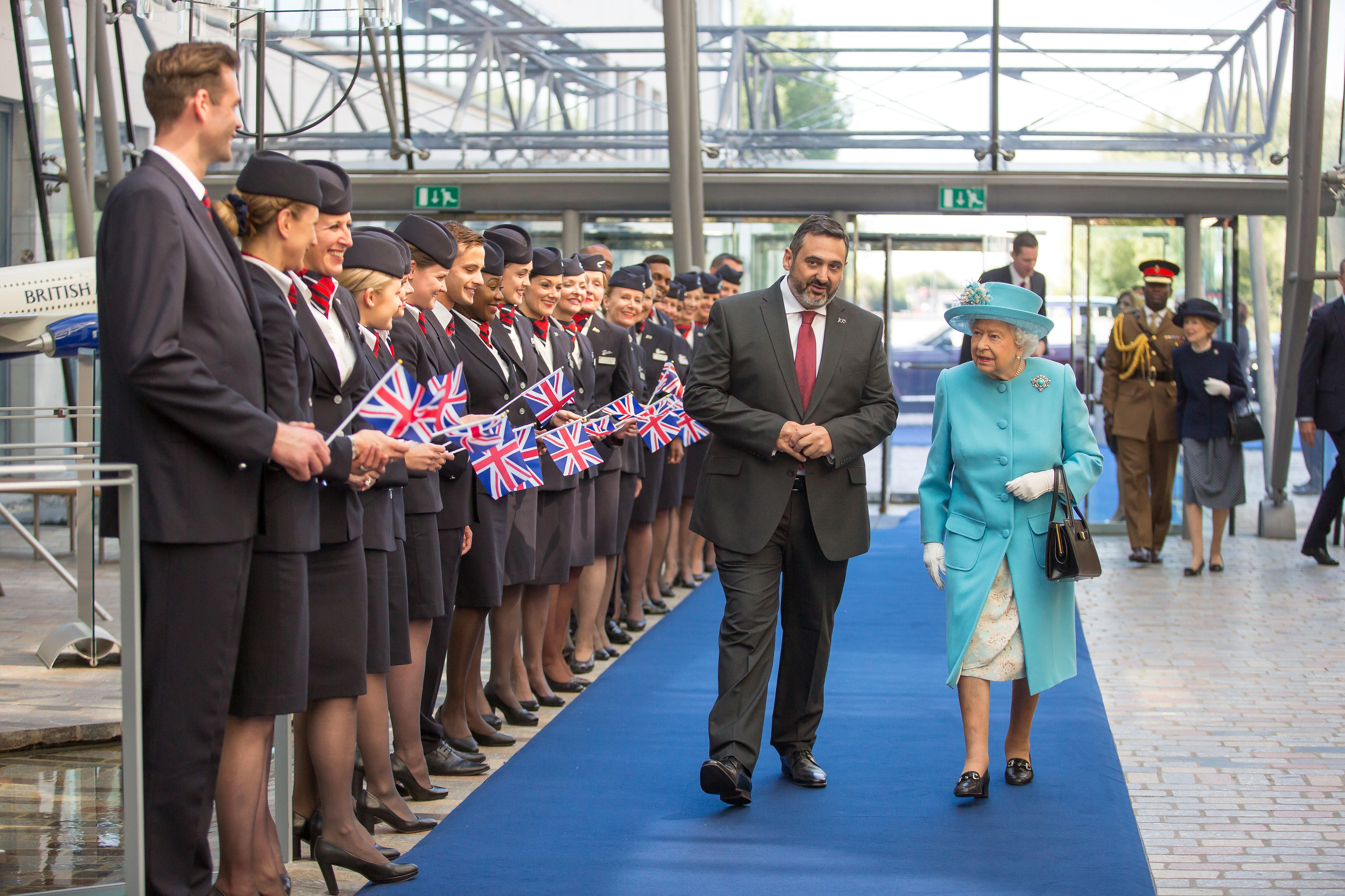 British Airways' koncernchef, Alex Cruz, eskorterer dronning Elizabeth forbi udvalgte BA-medarbejdere. Foto: BA, Nick Morrish.