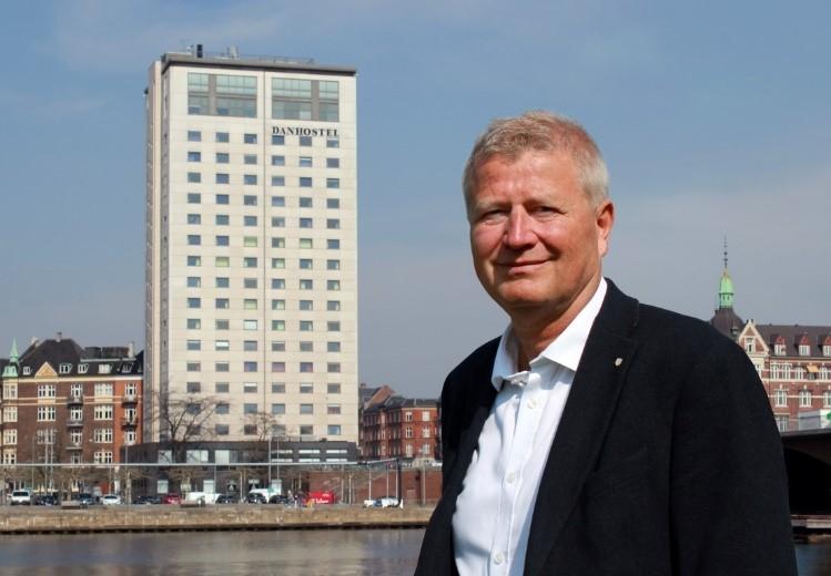 Ole Andersen, direktør Danhostel, foran Danhostel Copenhagen City. PR-foto.