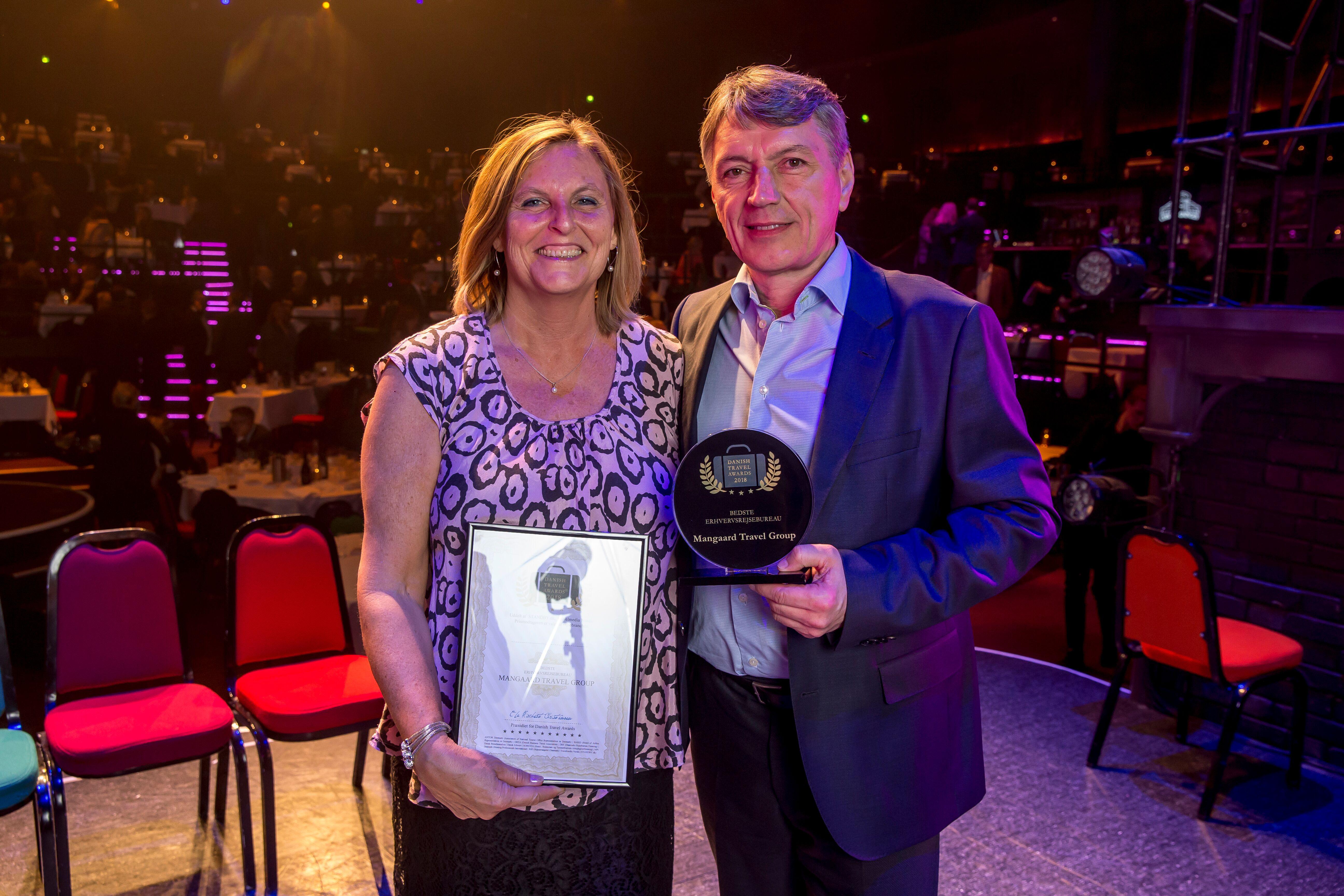 Hans Mangaard med en af sine nærmeste medarbejdere, rejsekonsulent Jennie Clinton, da Mangaard Travel Group sidste år modtog Danish Travel Award-prisen som Bedste Erhvervsrejsebureau. Foto: Michael Stub.