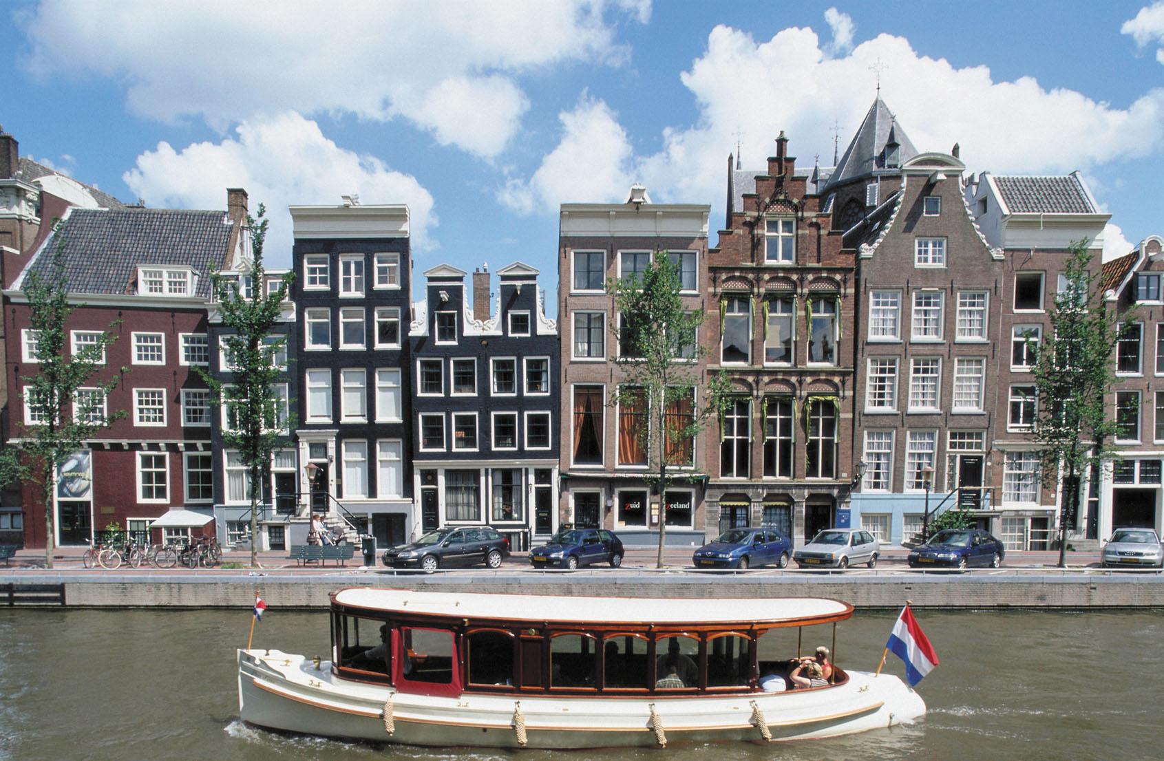 Amsterdam har nu så mange turister at fortsætter udviklingen vil byen blive overrendt i fremtiden – et minus for såvel turisterne som byens indbyggere. Arkivfoto fra Austrian Airlines.