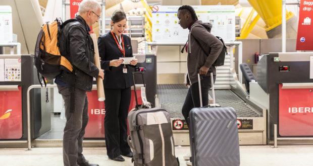 Iberias opdaterede app kan nu med rimelig sikkerhed afgøre, om at stykke bagage fylder så meget, at det ikke kan komme i kabinen og derfor skal i lastrummet. Pressefoto: Iberia.