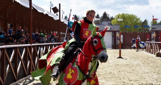 Legoland i Billunds nye riddershow byder på lansekamp på hesteryg, sværdfægtning og stunts. PR-foto: Legoland.