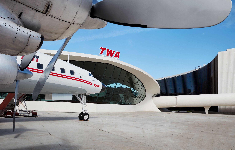 Foran TWA-hotellet i JFK-lufthavnen holder en restaureret Lockheed Constellation, et af fortidens berømte passagerfly. Foto: TWA Hotel.