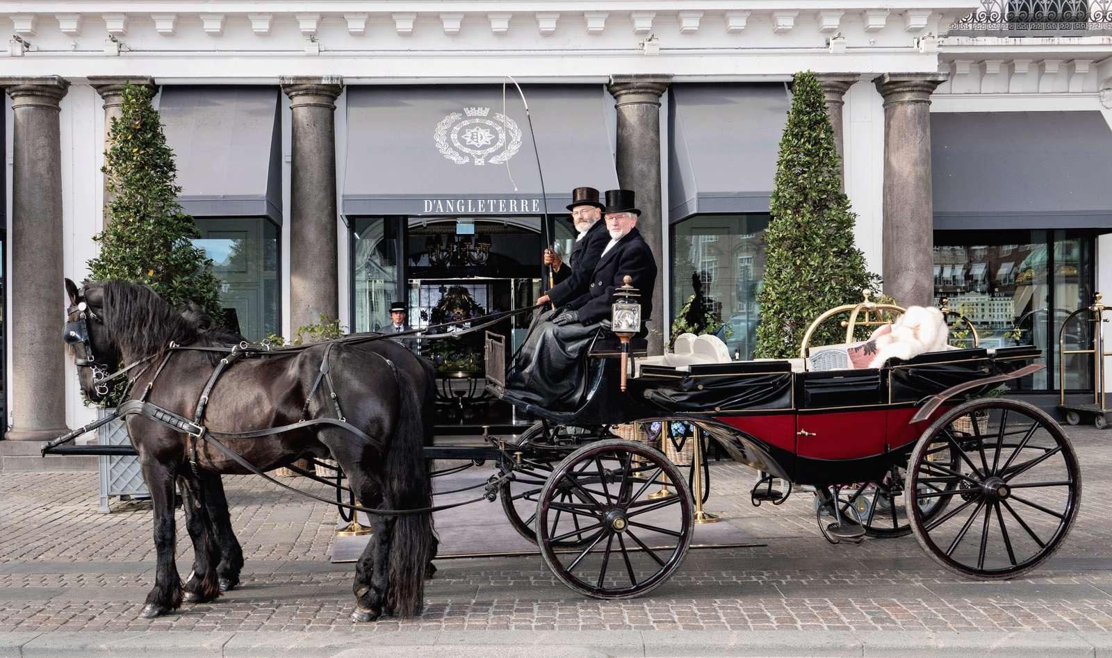 Hestevognen klar foran Hotel d'Angleterre, der som vist nok første hotel i København tilbyder sine gæster en tur gennem byen. Foto: Hotel d'Angleterre.