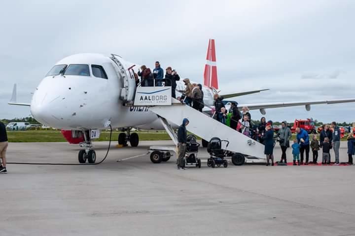 Et af Great Danes to Embraer-jetfly i Aalborg Lufthavn. Arkivfoto.