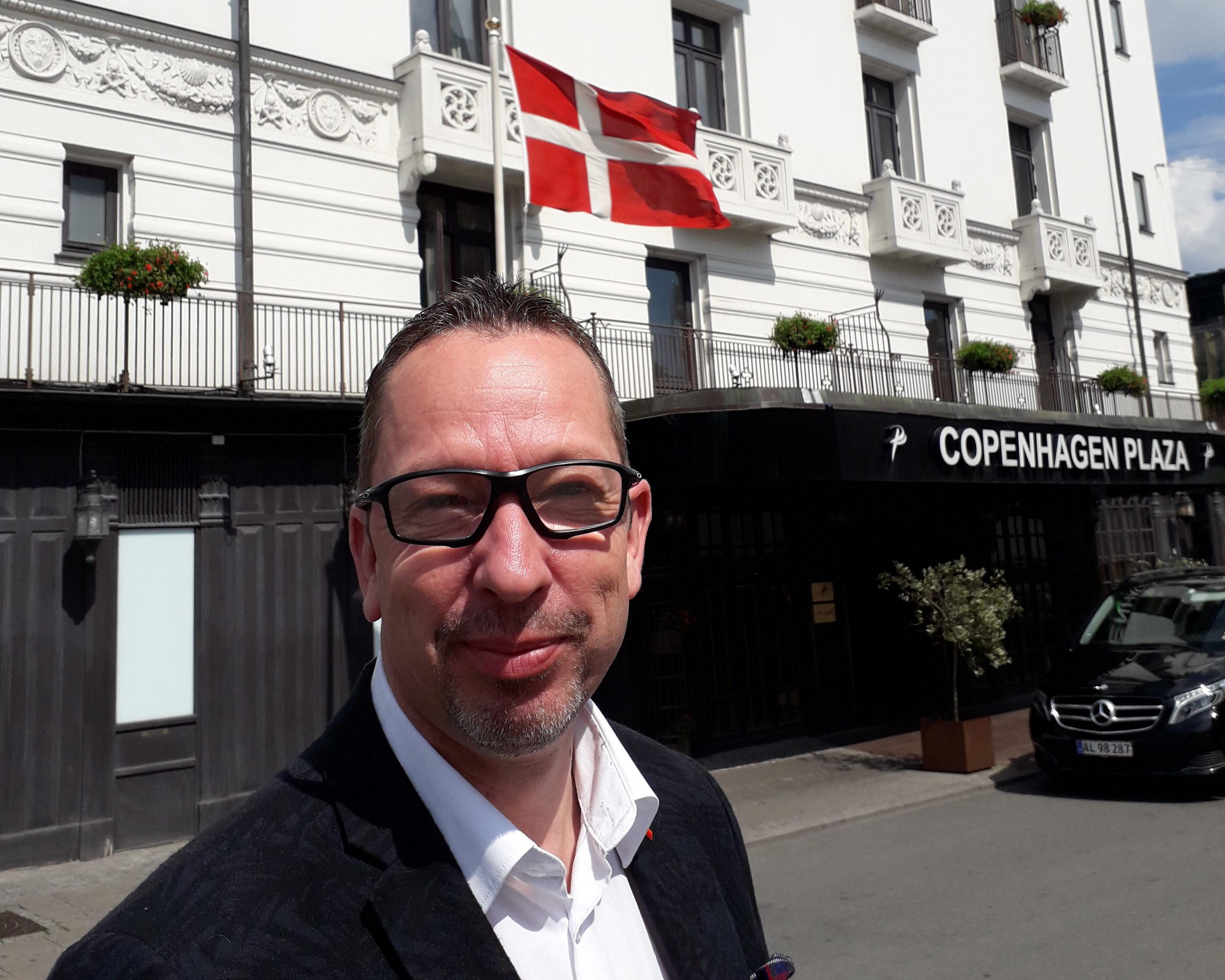 Den nye danske salgschef for Ligula Hospitality Group, Hans Nis-Hanssen, foran Copenhagen Plaza. Foto: Ligula Hospitality Group