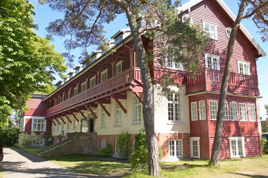 Nordsjællandske Hornbækhus med 36 enkelt- og dobbeltværelser samt minisuiter har fundet vej til fin omtale i engelsk avis. Foto via Hornbækhus/VisitNordsjælland.
