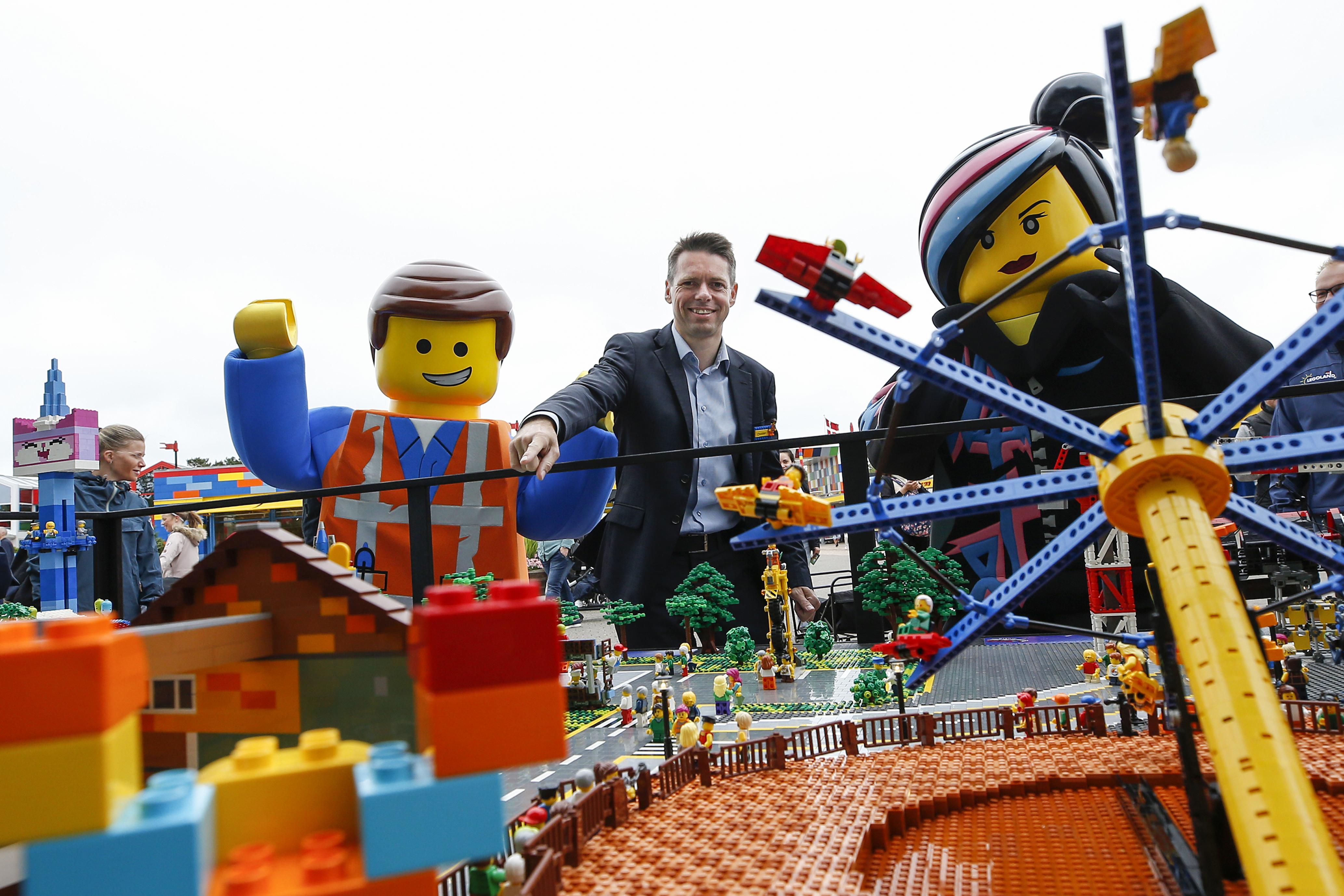 """Legolands administrerende direktør, Christian Woller, i midten, ved præsentationen torsdag af The Lego Movie World samt Skandinaviens første """"Flying Theater."""" Foto: Legoland."""