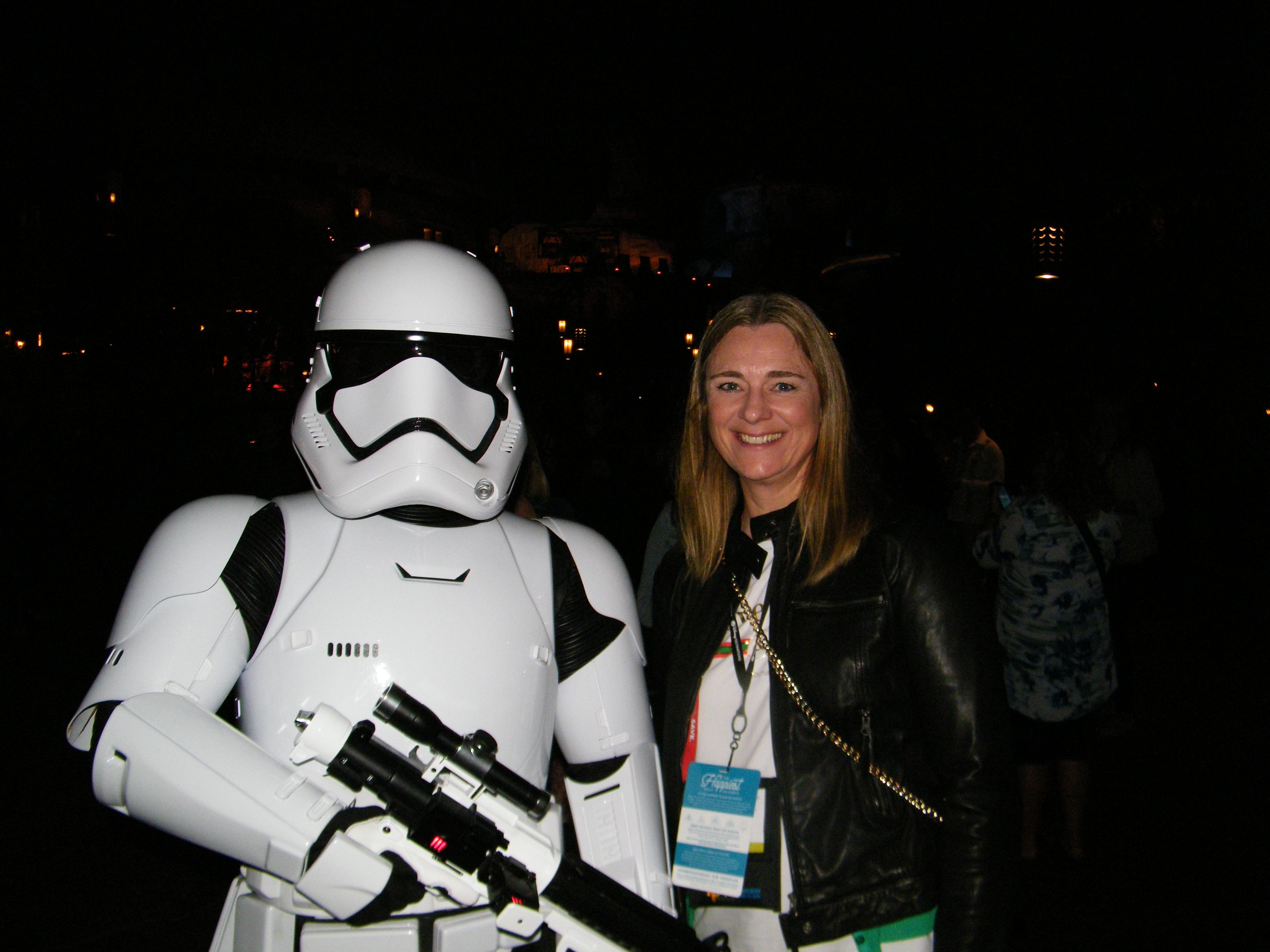 Årets International Pow Wow havde åbningsfest i Disneylands nyeste attraktion; den én milliard dollars dyre Star Wars: Galaxy's Edge, der åbnede i fredags. På billedet ses Katja Aunsbjørn, produktchef i rejsebureauet Danexplore fra Randers, med en af de berygtede stormtropper. Foto: Henrik Baumgarten.