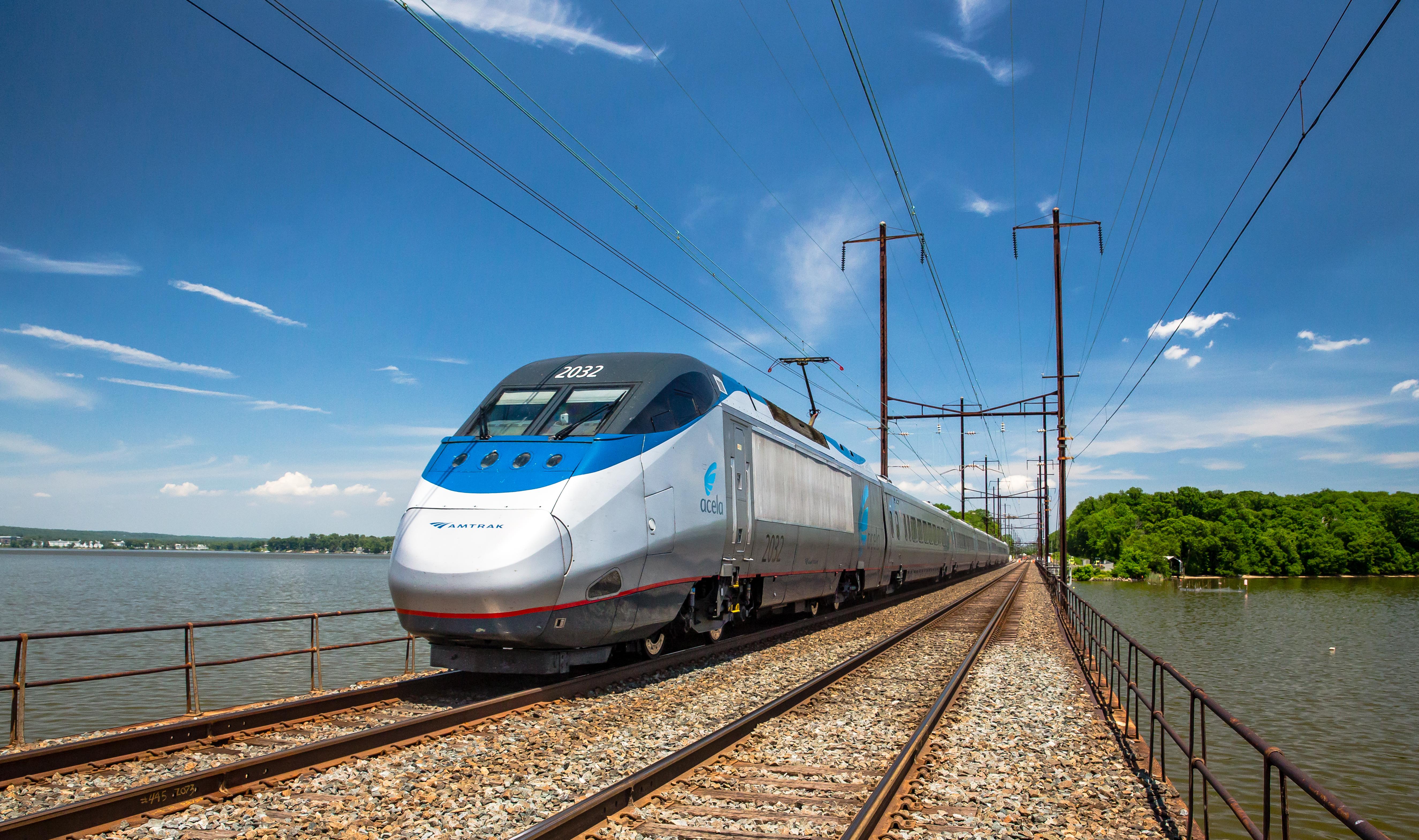Acela, USA's højhastighedstog, kører med i snit 200 kilometer i timen fra Boston via New York til Washington D.C. Fra september kommer der ekspresversion af Acela på strækningen uden stop fra New York og Washington – dog kun med én afgang i hver retning på hverdage. Pressefoto: Amtrak.