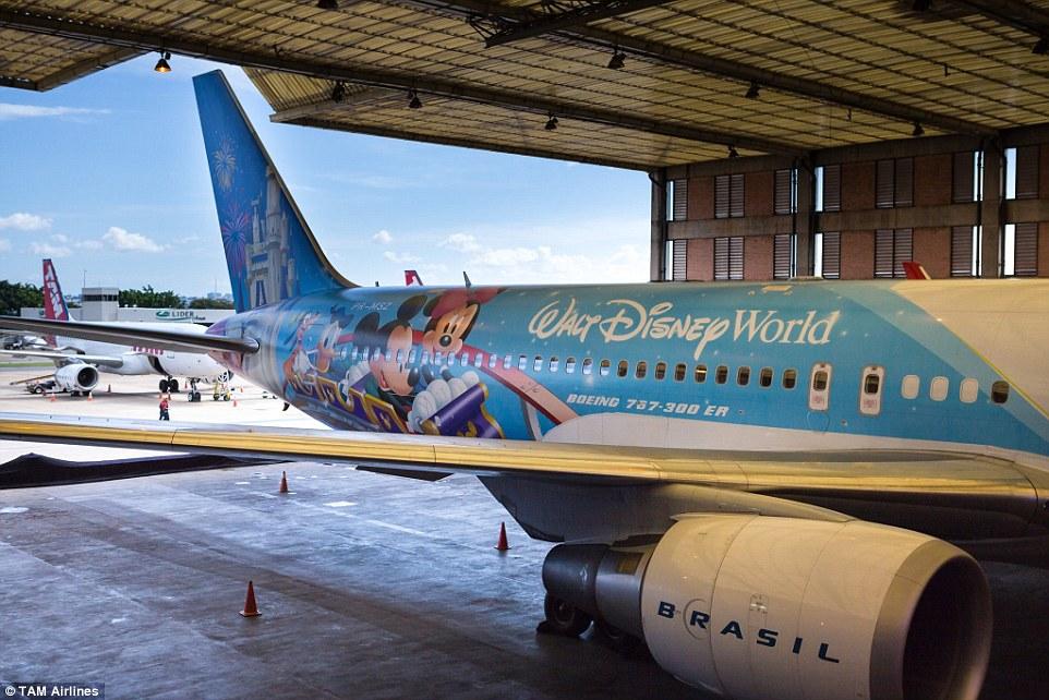 Disney-koncernen har i mange år haft samarbejde med flyselskaber, der har tilladelser til at have Disney-figurer på sine fly. Her er det pressefoto fra brasilianske TAM Airlines.