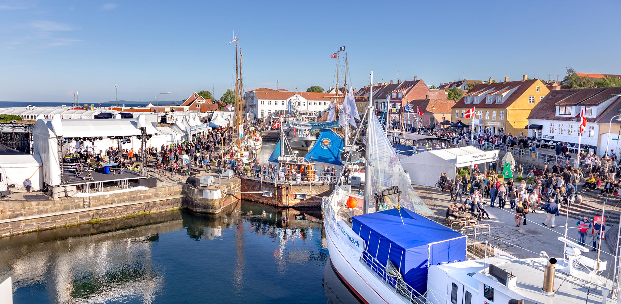Bornholm har årligt cirka 600.000 turister fra ind- og udland, cirka halvdelen af dem besøger Bornholm i løbet af blot seks uger hen over sommerferien. Øens største trækplaster er Folkemødet, hvorfra billedet stammer. Pressefoto: Destination Bornholm.