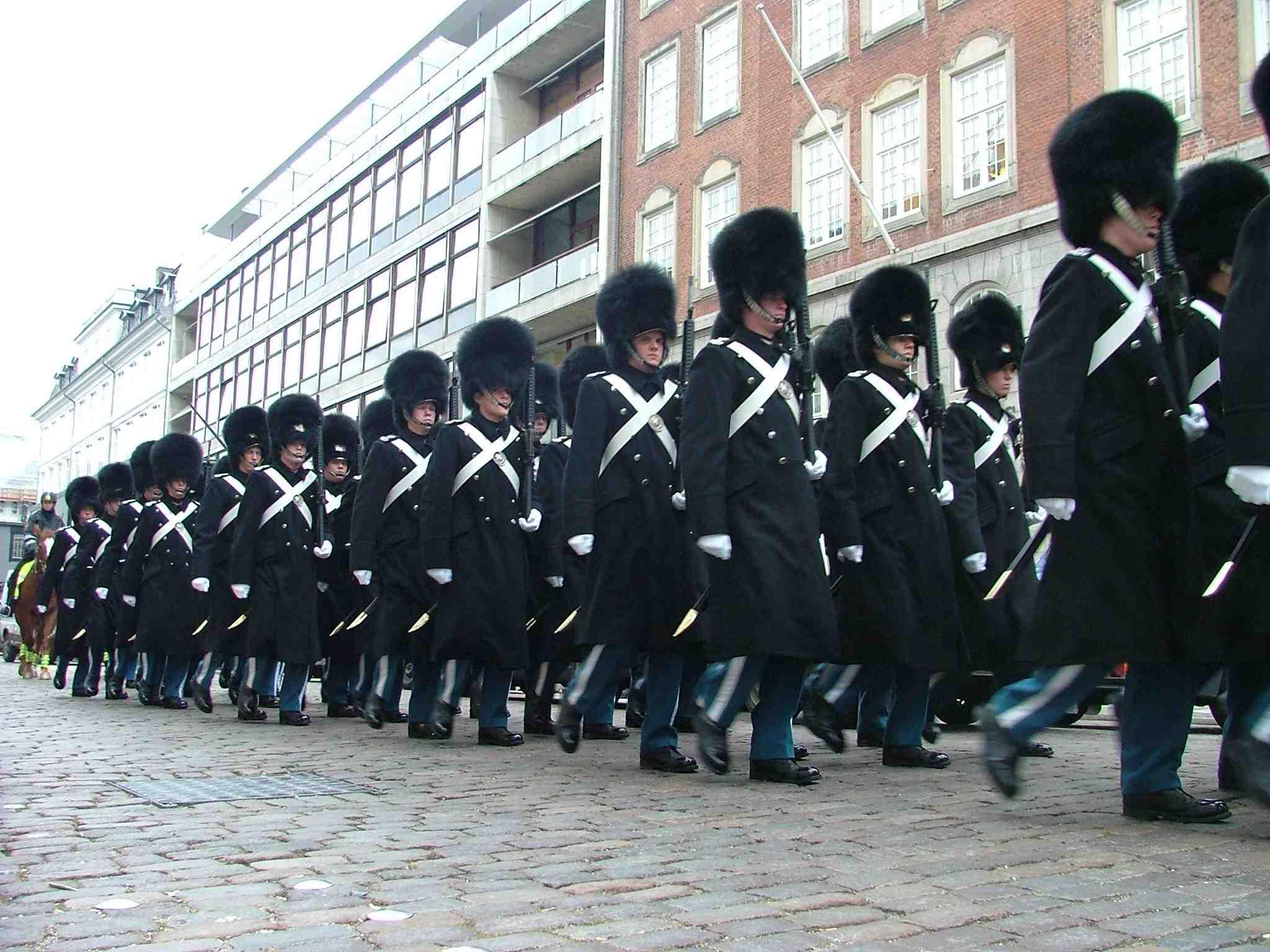 Danmark har mange fotogene øjeblikke – også til glæde for udenlandske turister. Her er den kongelige livgarde på vej mod Amalienborg i København. Foto: Henrik Baumgarten.
