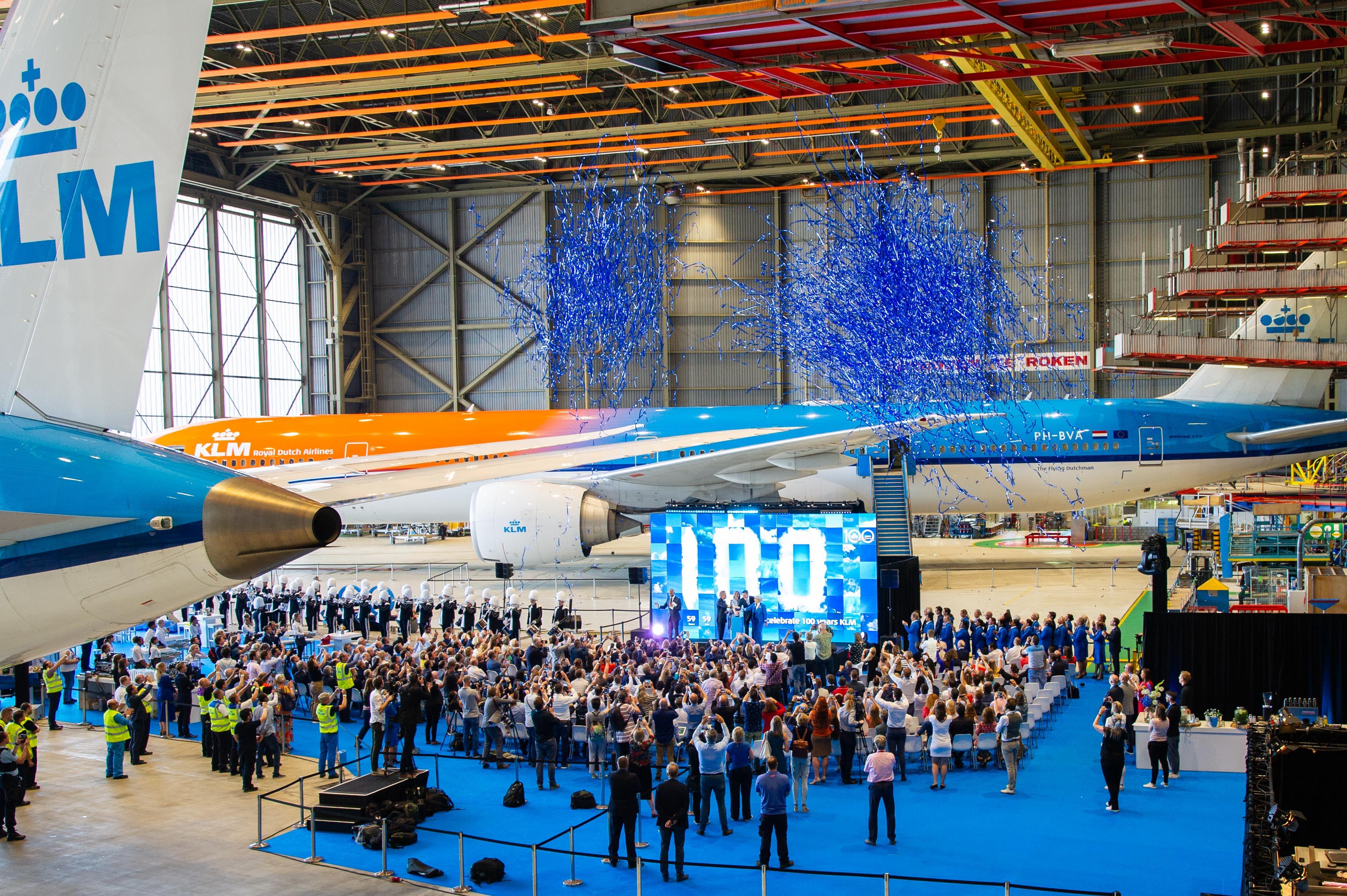 Festivitas i KLM-hangaren da nedtællingen til de sidste 100 dage inden 100 års jubilæet blev sat i gang. KLM havde sidste år 34,1 millioner passagerer og over 160 destinationer. Pressefoto: Paul Ridderhof, KLM.
