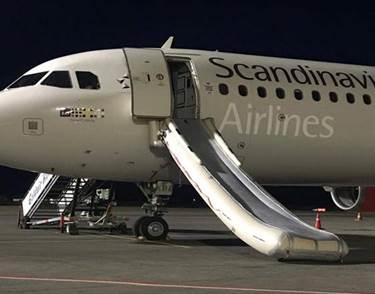 Den udløste evakueringssliske på SAS-flyet OY-KBB i lufthavnen på græske Zakynthos. Kvinden bag hændelsen har nu givet sin version af sagen til avisen BT. Foto: Sunweb.