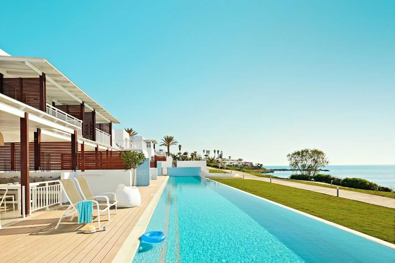 Spies' Sunwing Kallithea på Rhodos er et Travellife certificeret hotel. Det indsamler blandt andet punkterede badedyr og luftmadrasser og får dem lavet om til tasker i samarbejde med den engelske designerduo Wyatt & Jack. Pressefoto fra Spies.