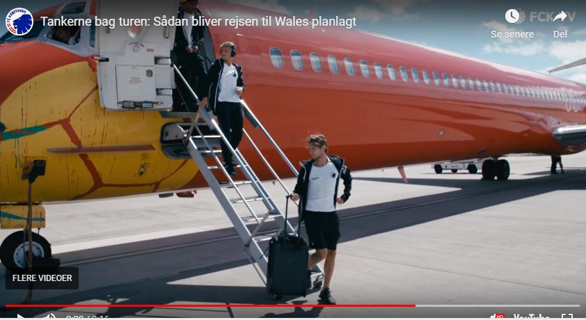 Spillere fra FC København forlader DAT-flyet i Liverpool efter mandagens landing; i aften spiller FCK kvalifikationskamp i nærliggende Wales i kampen for at komme med i Champions League. Foto fra FCK-TV-video.
