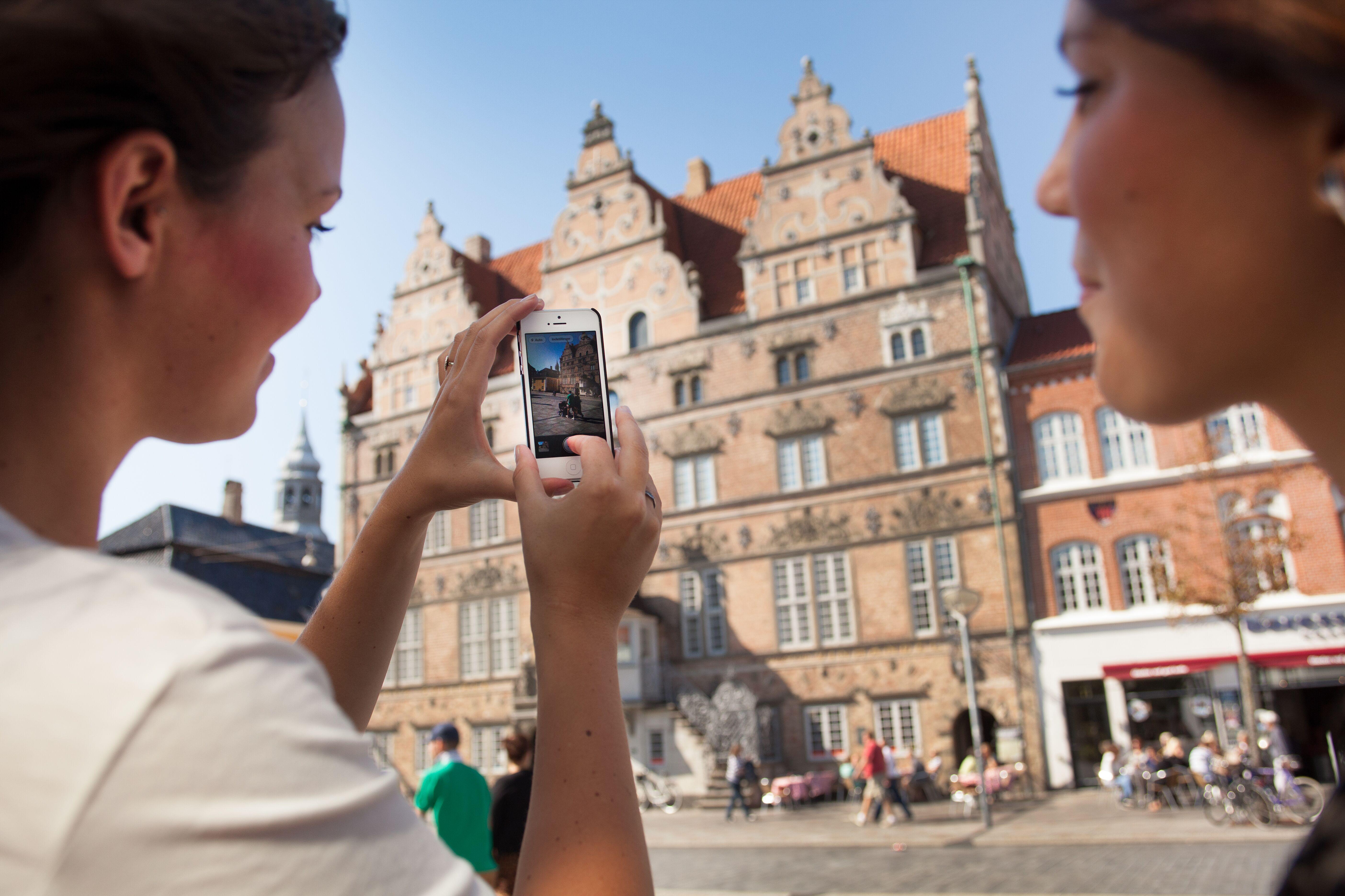 Fra januar til maj i år var der 15,4 millioner registrerede overnatninger i Danmark, de 8,3 millioner var danskerne selv, mens Tyskland atter var største udenlandske leverandør. På arkivbilledet er turister foran en af Aalborgs store turistattraktioner, Jens Bangs Stenhus. Pressefoto: VisitAalborg.